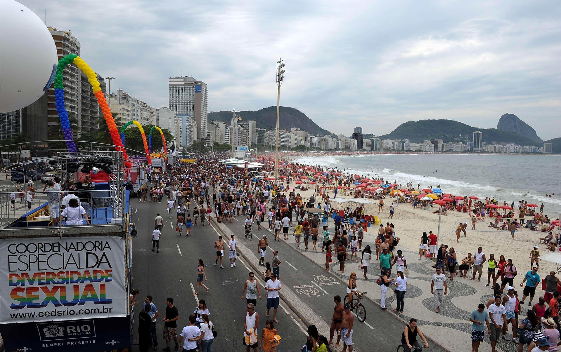Miles de personas participan en el Desfile del Orgullo a lo largo de la Playa de Copacabana de Río de Janeiro el 9 de octubre de 2011. Los organizadores señalaron más de 2 millones de asistentes