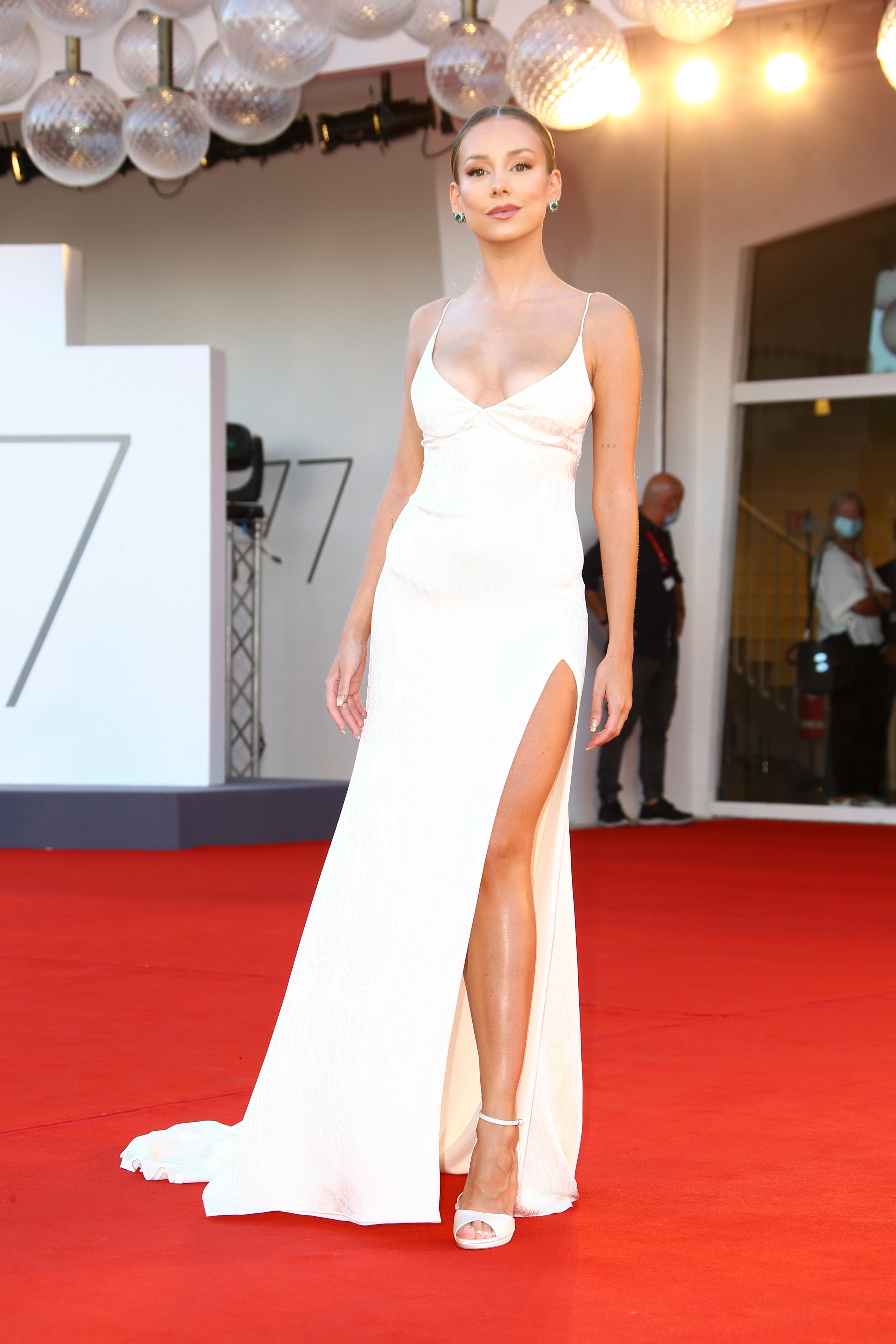 La actriz española Ester Espósito, deslumbró también en la red carpet con un vestido blanco firmado por Etro. El diseño elegido tenia una gran espalda con tientos y un gran escote V. Para su estilismo eligió una pony tail y un maquillaje al natural