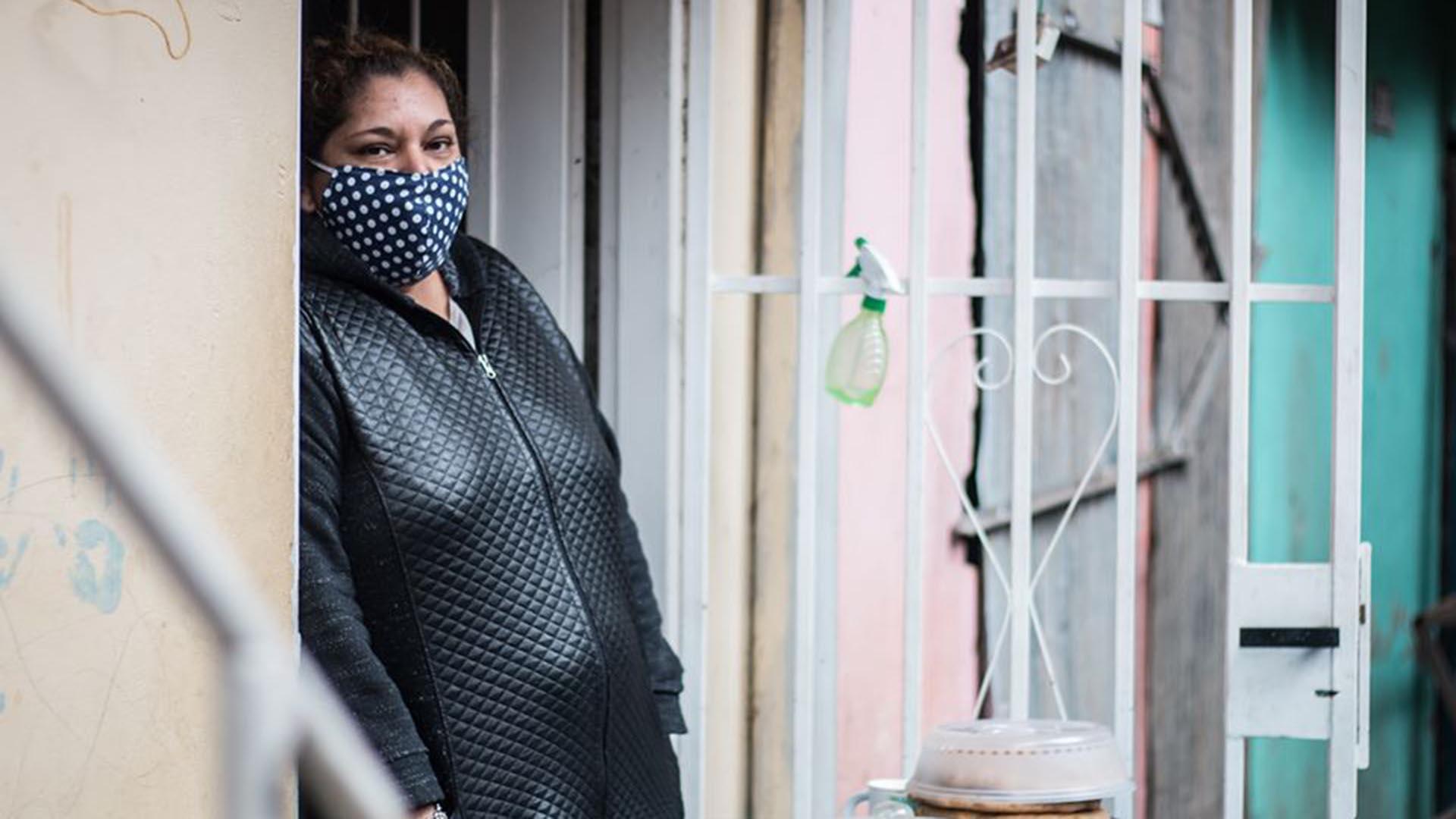 """""""Nos piden que nos higienicemos, que nos lavemos las manos, que tengamos mayor cuidado, que nos pongamos tapabocas, que no salgamos a la calle"""", decía Ramona Medina, vecina y referente de la Villa 31, frente a las canillas secas de su casa """"¿Y con qué lo hacemos si no tenemos agua?"""", apuntaba. Poco después de su denuncia, la mujer de 42 años, paciente diabética e insulino-dependiente, fue diagnosticada con COVID-19, al igual que sus dos hijas (una de ellas discapacitada), su sobrina y sus cuñados. Ramona quedó internada en grave estado, sedada y conectada a un respirador, y falleció el domingo 17 de mayo en el Hospital Muñiz."""