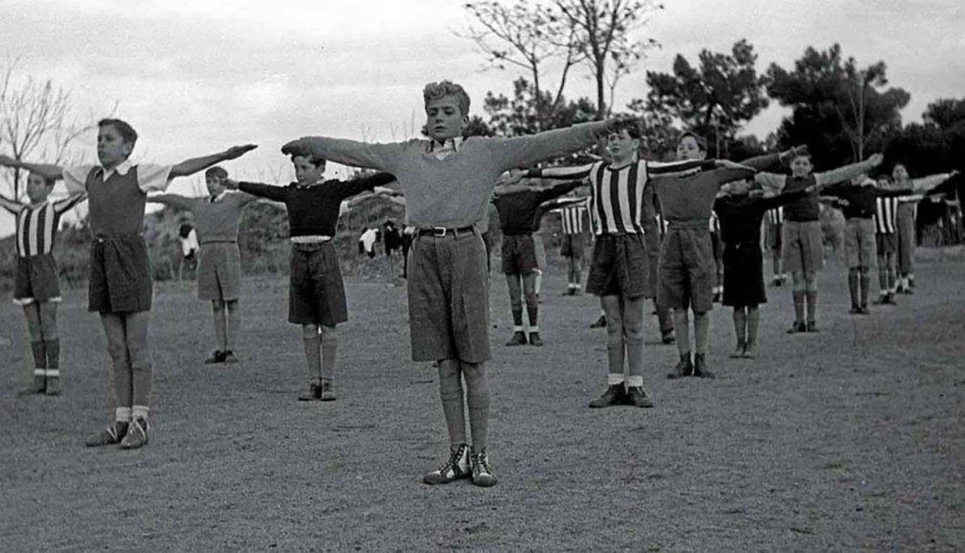 El rey Juan Carlos en primer plano durante una clase de gimnasia en su etapa estudiantil (Casa Real)