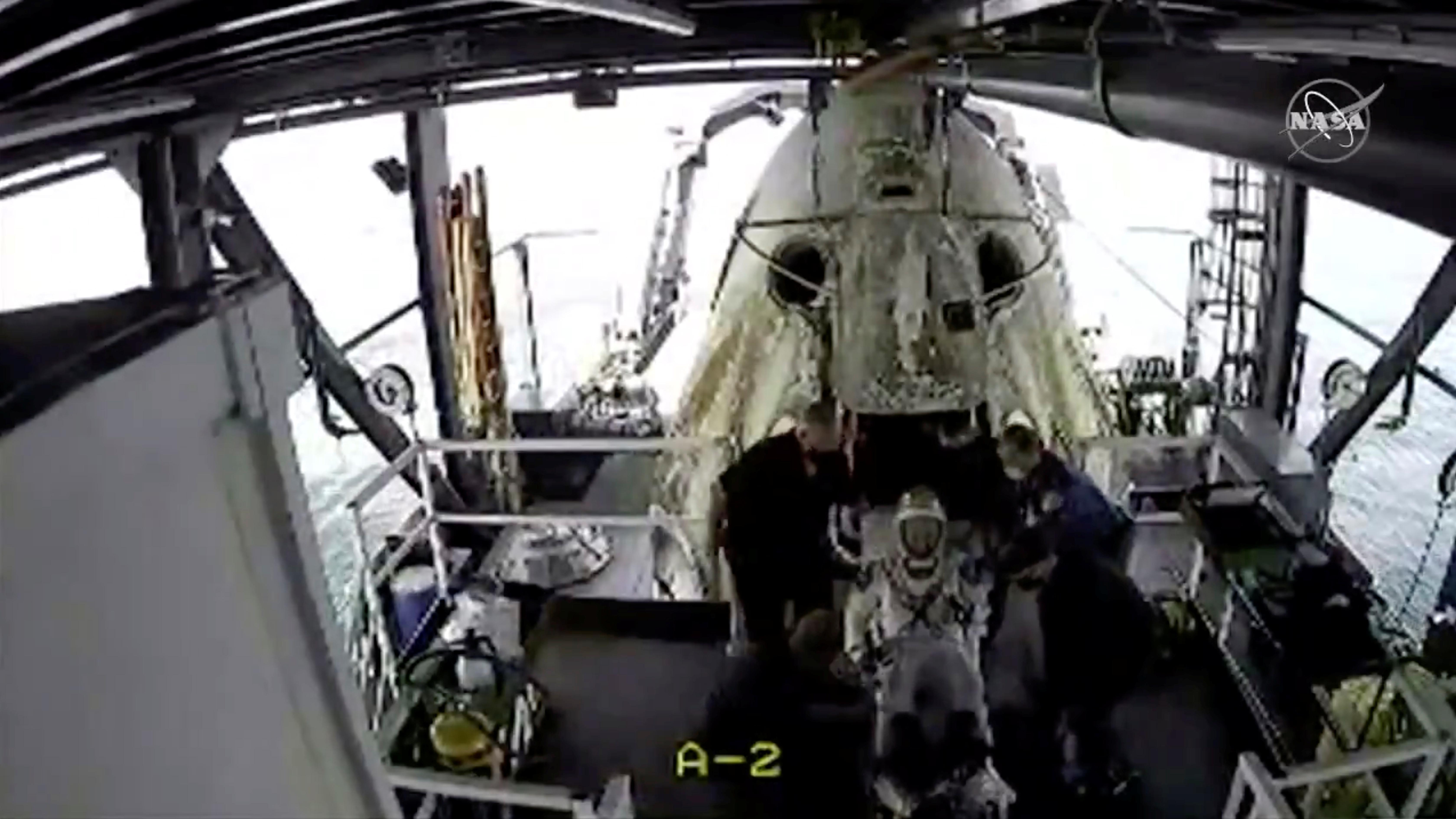 El momento en que uno de los astronautas sale de la cápsula (NASA/Handout via REUTERS)
