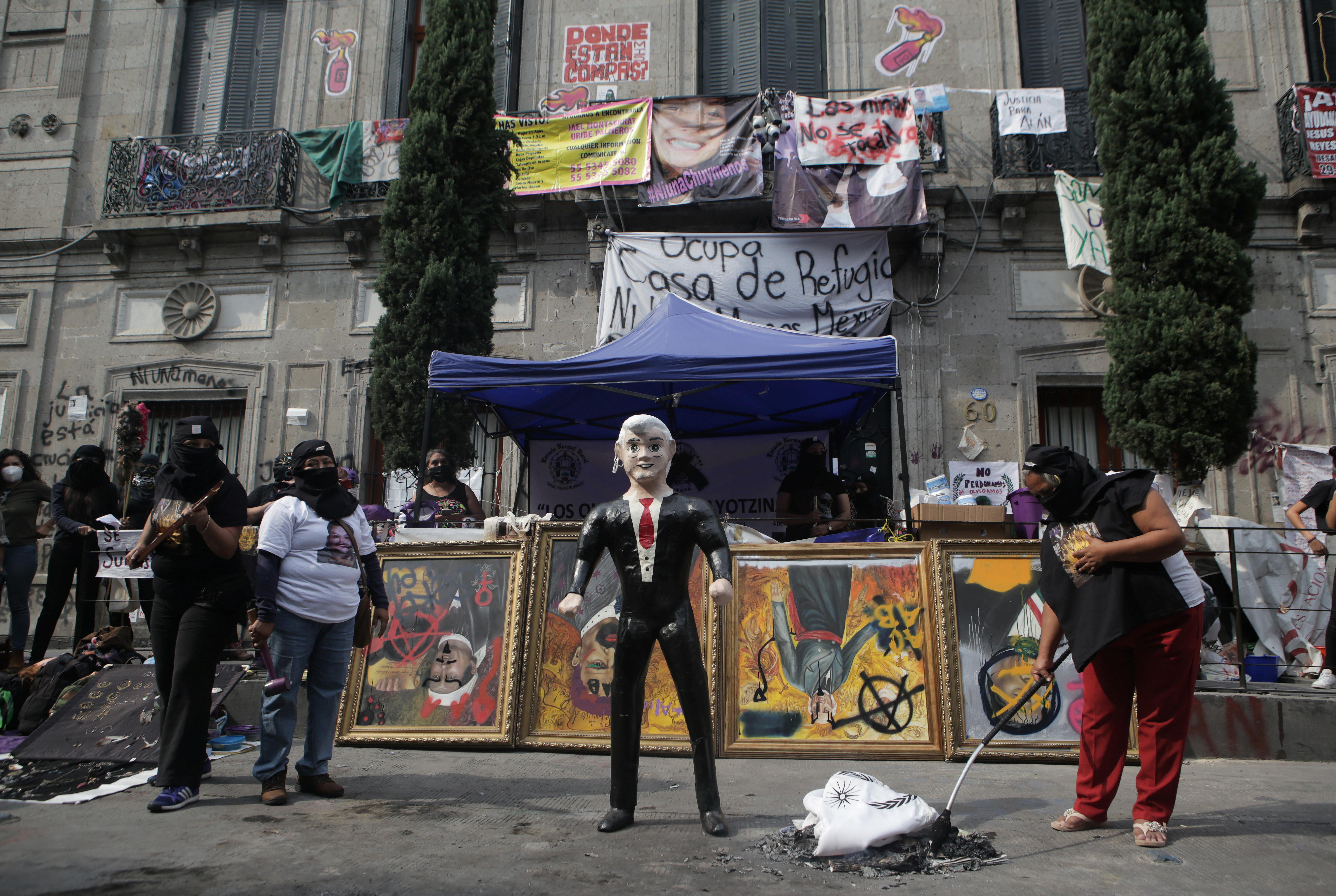 Una piñata que representa al presidente mexicano Andrés Manuel López Obrador se ve durante una protesta frente a las instalaciones del edificio de la Comisión Nacional de Derechos Humanos, en apoyo a las víctimas de violencia de género, en la Ciudad de México, México el 11 de septiembre de 2020. Fotografía tomada el 11 de septiembre de 2020.