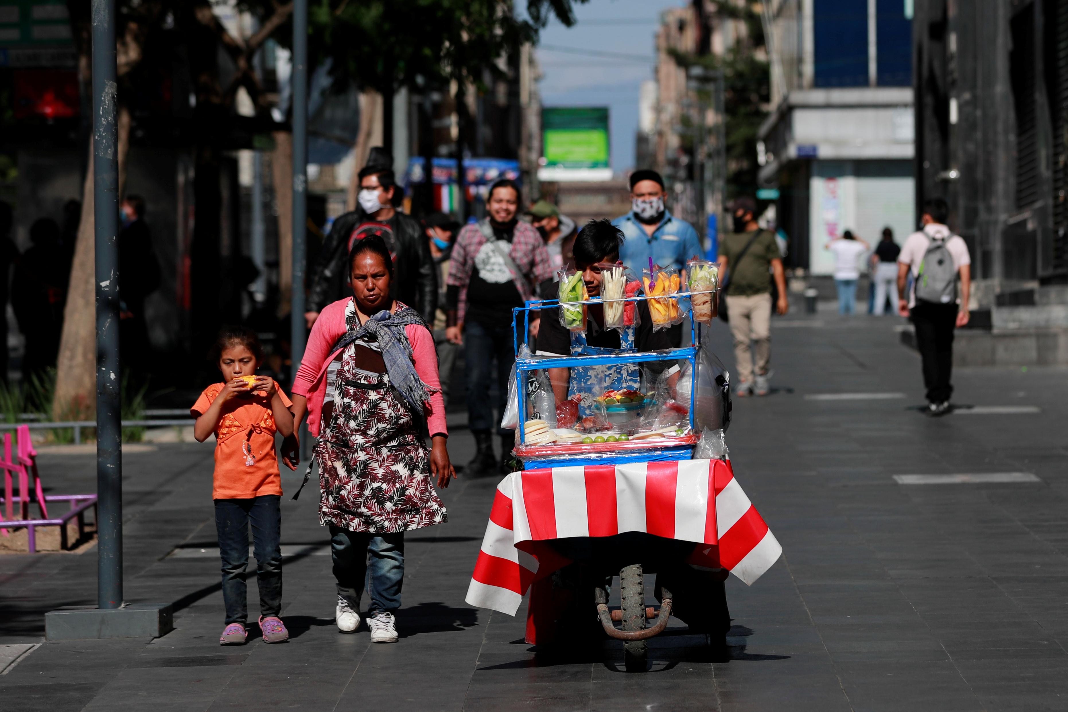 Se ve a un vendedor ambulante en la calle mientras el brote de la enfermedad por coronavirus (COVID-19) continúa en la Ciudad de México, México, 14 de junio de 2020. Foto: Reuters.