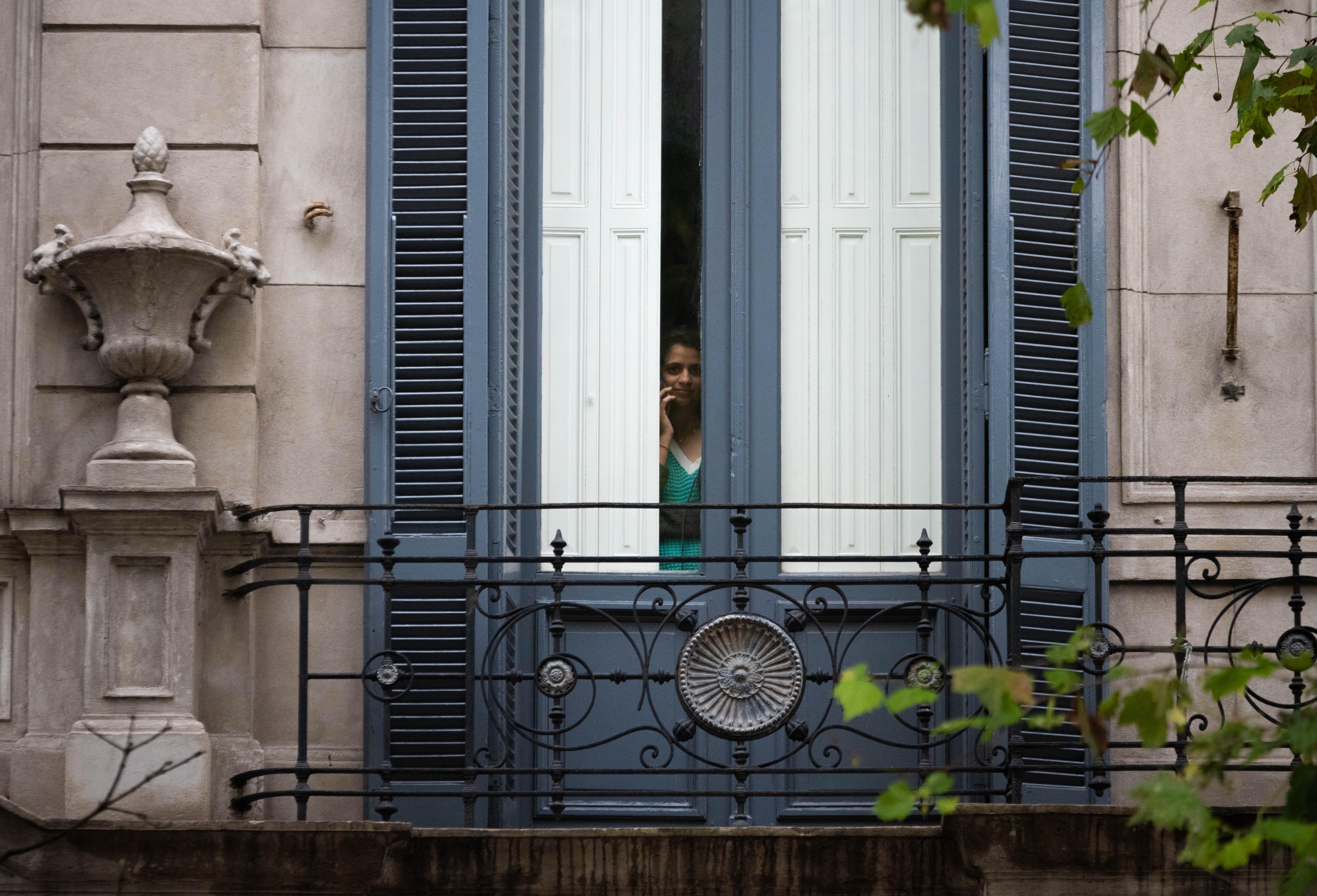 Un balcón sin flores, como el del poema de Baldomero Fernández Moreno, y una chica que se asoma tras las cortinas con el celular en la mano. Los porteños comenzaban así el aislamiento que confinaría a la mayoría de ellos -al igual que a sus compatriotas de todo el país-, en una cuarentena que, en ese momento, se pensaba por 12 días. La realidad y la necesidad de aplanar la curva hizo que se extendiera -con mucha elasticidad, es cierto- hasta el día de hoy.