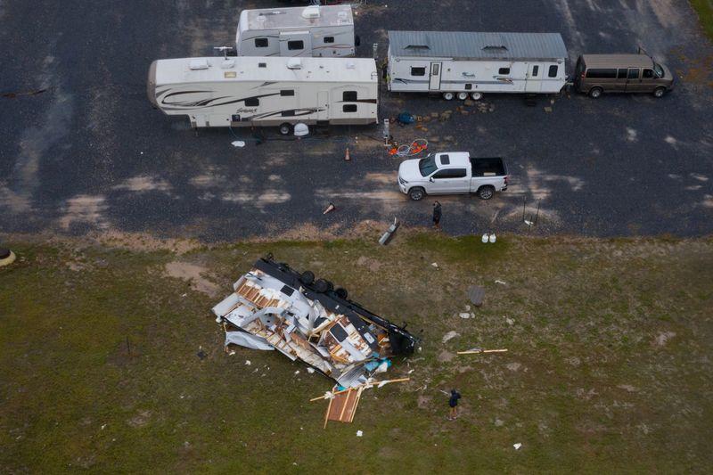 Residentes revisan una casa rodante destuida por el huracán Hanna en Port Mansfield, Texas, Estados Unidos. 26 de julio, 2020. REUTERS/Adrees Latif