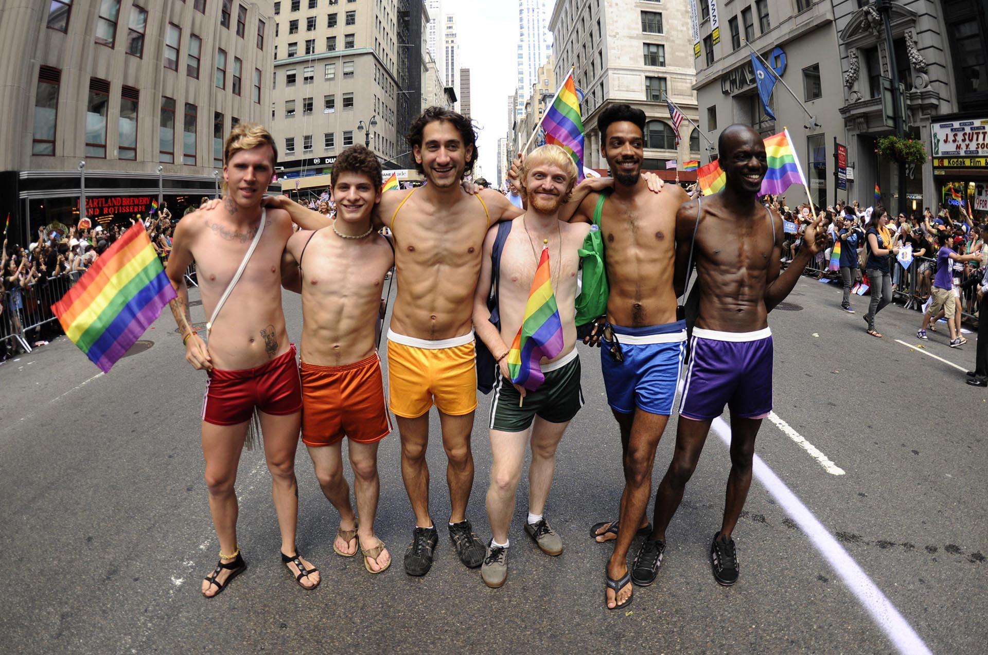 Los manifestantes caminan por la 5ª Avenida durante el desfile del Orgullo de Nueva York el 24 de junio de 2012
