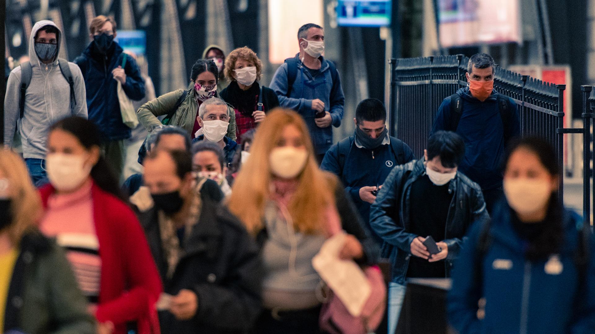 En las grandes terminales -Once, Retiro, Constitución- de la Ciudad, el movimiento de personas comienza a semejarse en algunos horarios al de días habituales