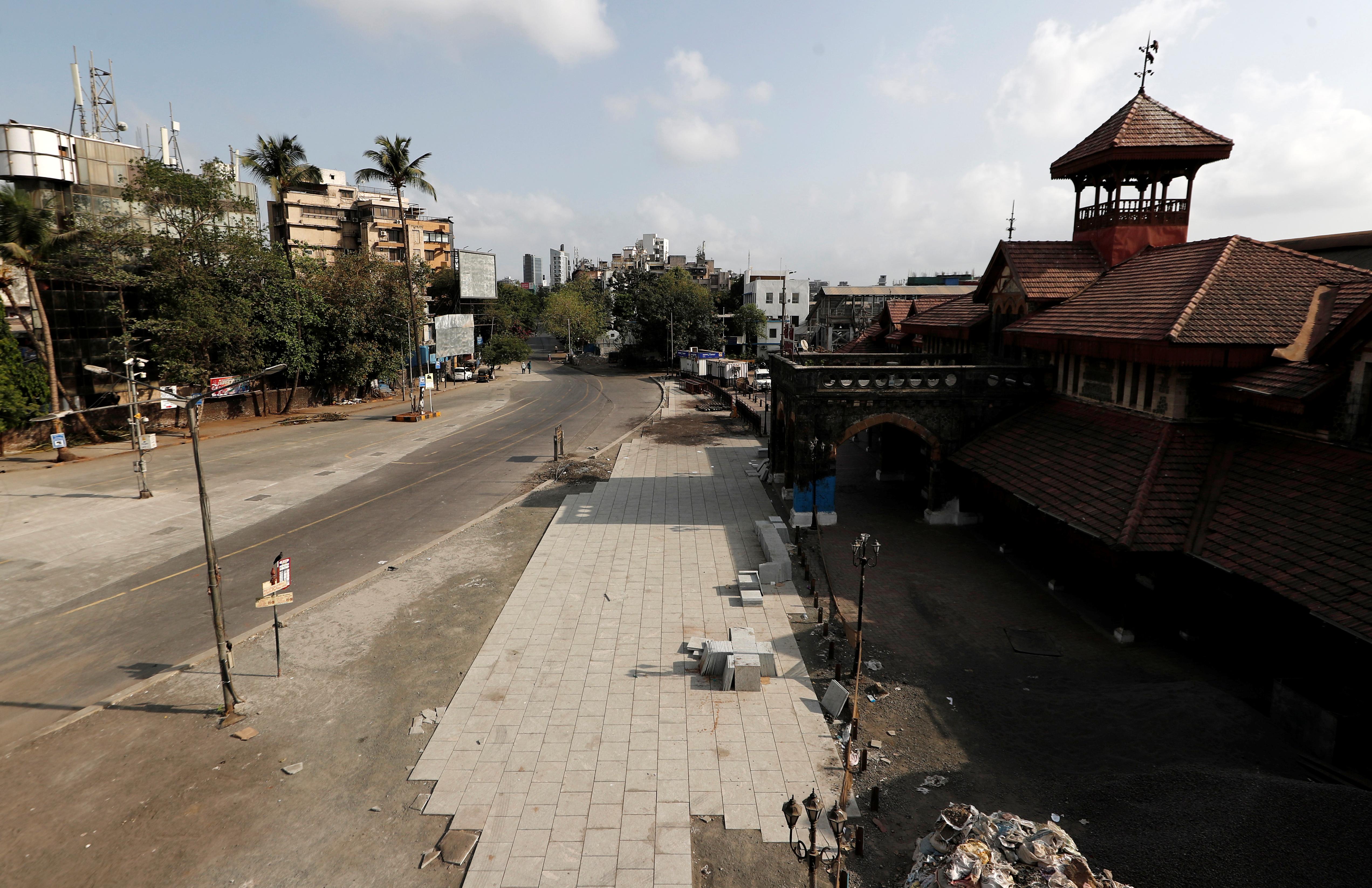 AHORA - Una vista vacía de una estación ferroviaria en Mumbai, India (REUTERS/Francis Mascarenhas)