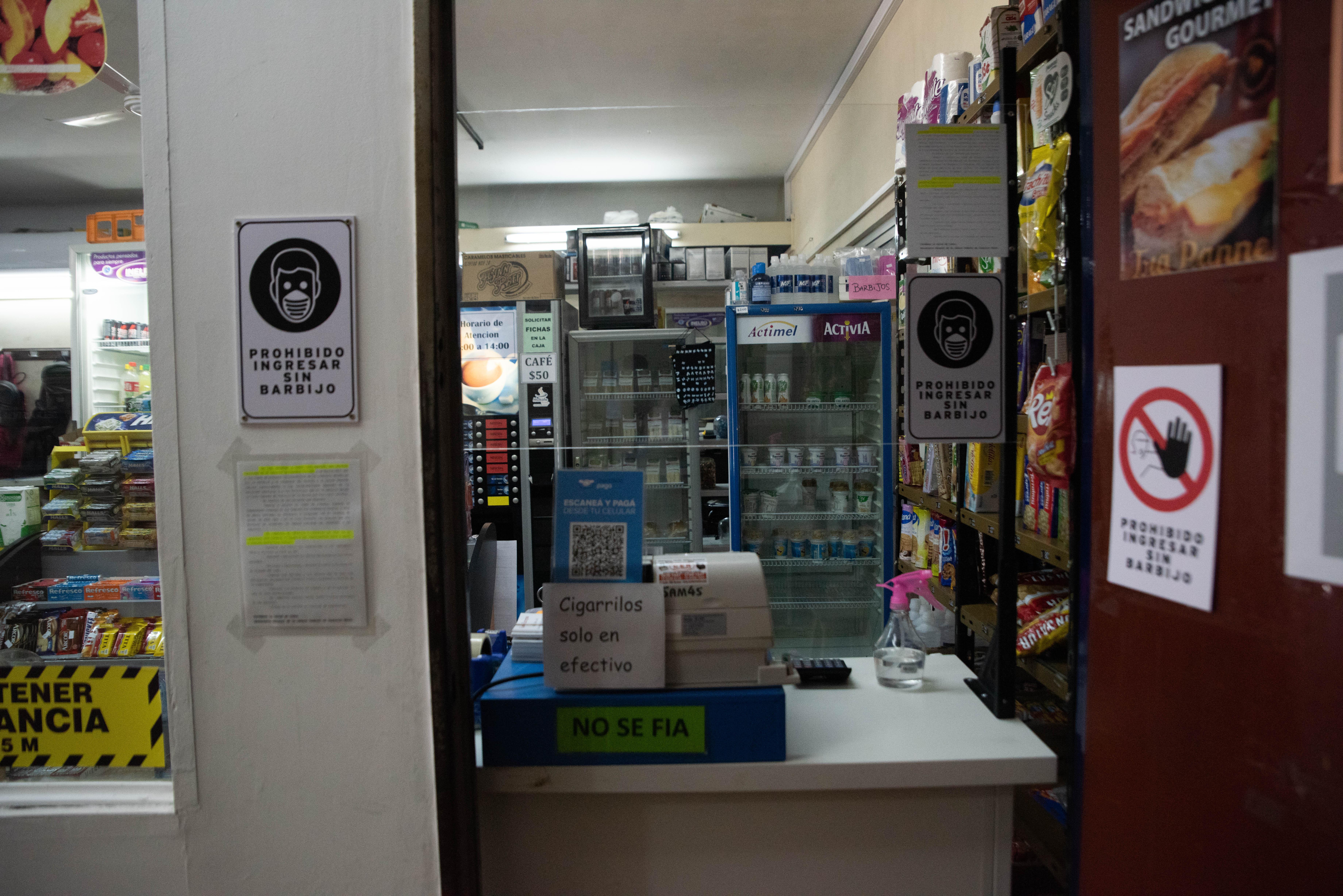 El kiosko del entrepiso de Comodoro Py. Solo vende productos para llevar.