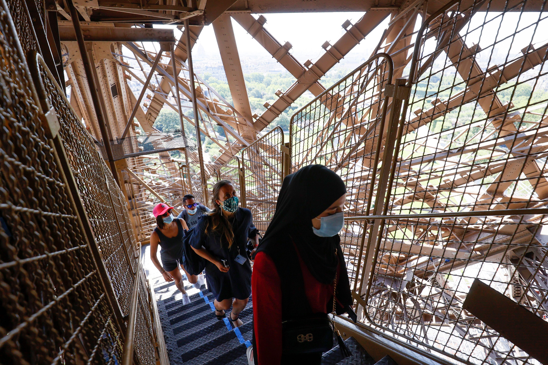 Durante los ochos primeros días de apertura, los visitantes podrán llegar únicamente hasta el segundo piso del monumento, a condición de subir a pie los 674 escalones. (Thomas SAMSON / AFP)