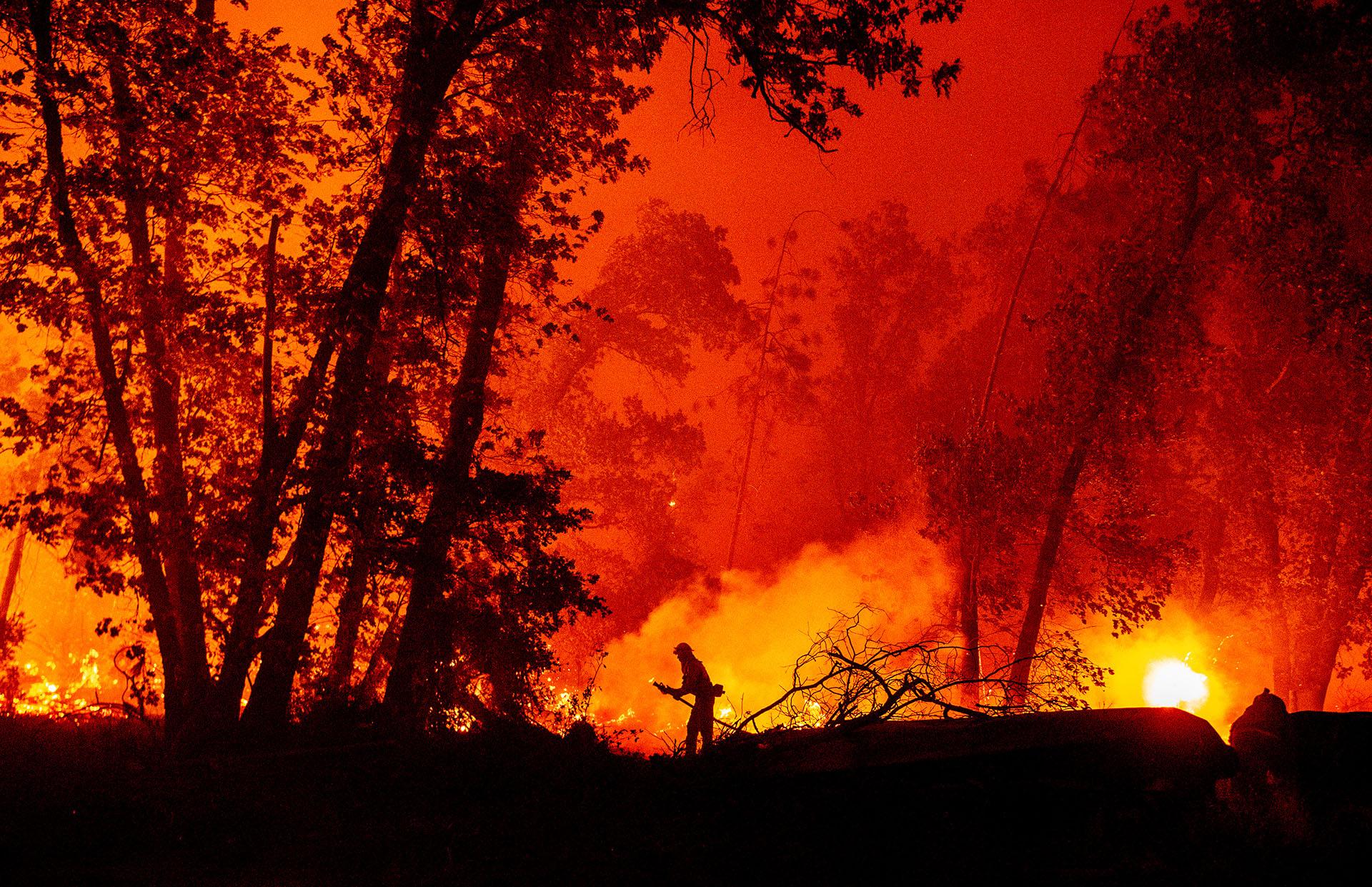 Este tercero incendio, el de la sierra, es el que más rápido se extendió este lunes, calcinando dos docenas de casas en el pequeño pueblo de Big Creek y obligando a evacuar por completo a la población de Auberry, de 2.500 habitantes. (JOSH EDELSON / AFP)