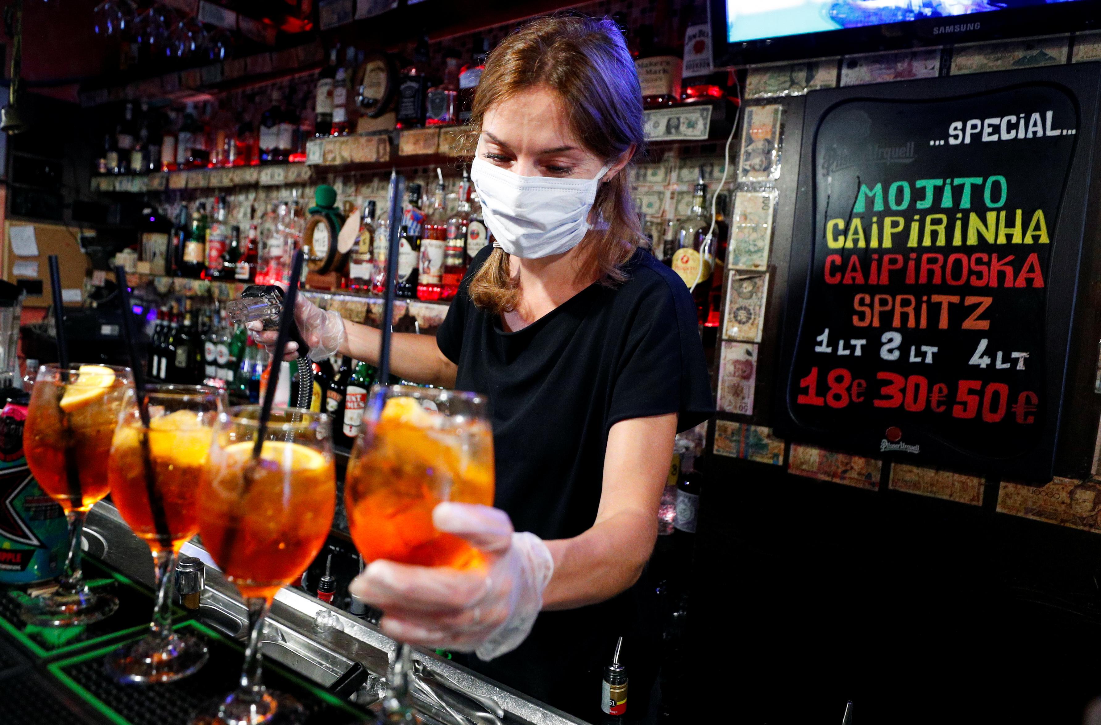 Una bartender prepara unos tragos en un bar de Trastevere, en Roma (REUTERS/Guglielmo Mangiapane)