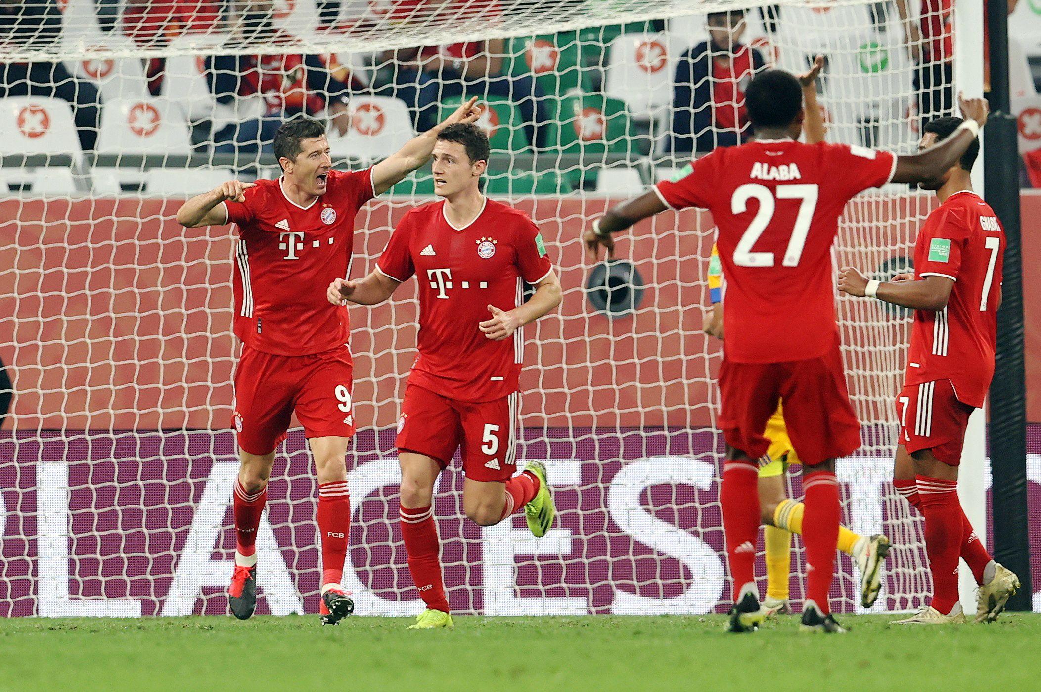 Benjamin Pavard y Robert Lewandowski celebran el primer gol.