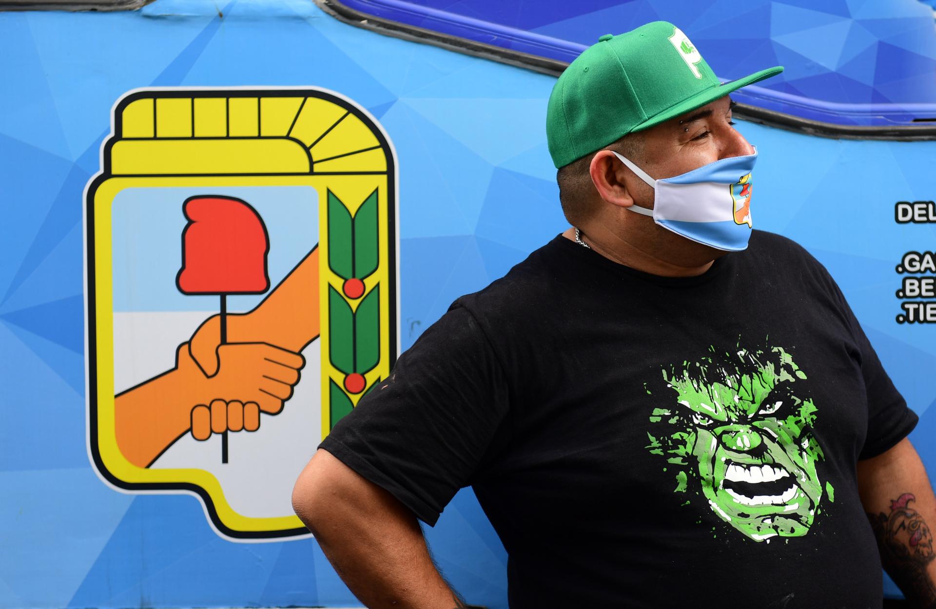 Un camionero posando con el escudo del Partido Justicialista, una de las postales que dejó la caravana