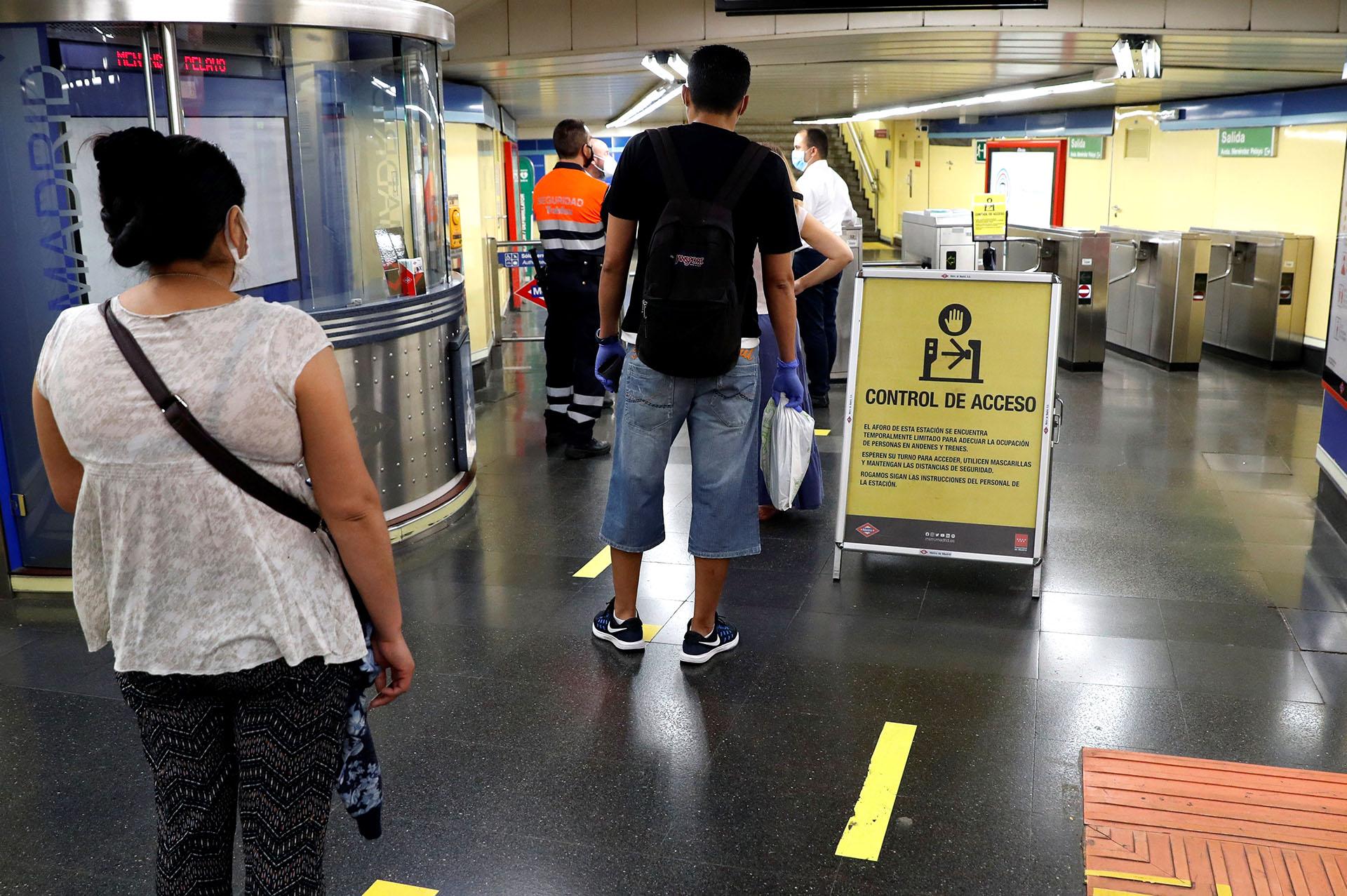 Para atender al previsto incremento de la movilidad, el metro de Madrid incrementará este lunes la frecuencia de trenes y desplegará a unas 200 personas para controlar el aforo, especialmente en las 26 estaciones de mayor afluencia de la red. (EFE/J.J. Guillén)