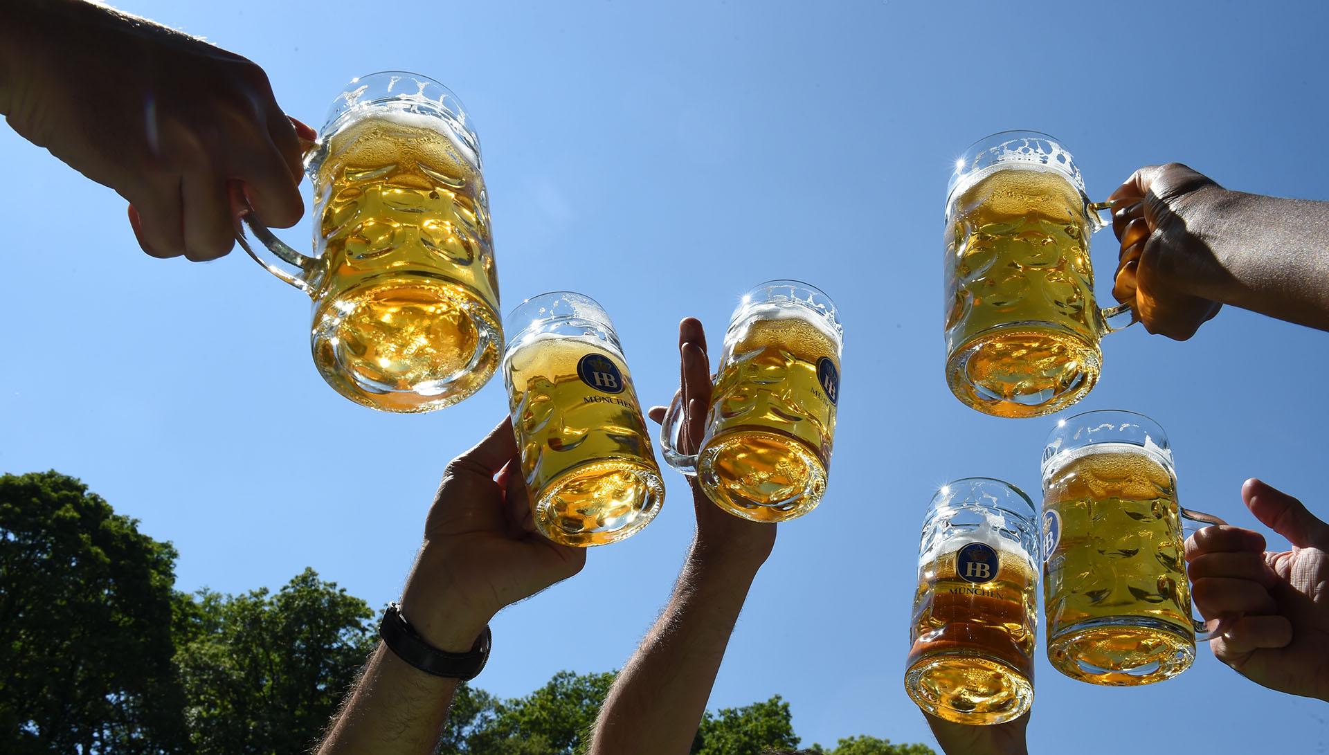 El brindis de los primeros visitantes tras la reapertura de una cervecería en Munich, Alemania.