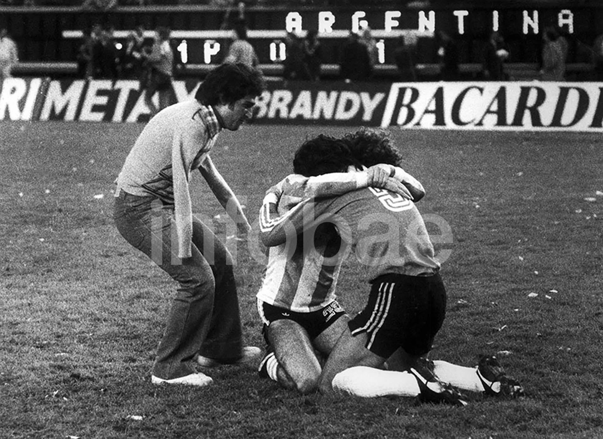 El abrazo del alma, la foto icónica en la Victor Dell'Aquila festeja la consagración de Argentina en el Mundial de 1978 junto a Alberto Tarantini y Ubaldo Matildo Fillol