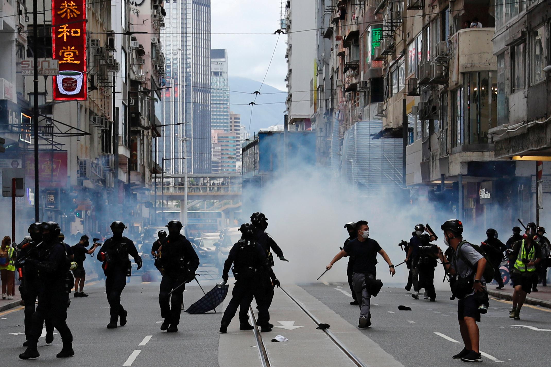 La policía desplegó un importante dispositivo en las calles de la ciudad que celebra el 23º aniversario de su devolución a China por parte del Reino Unido.