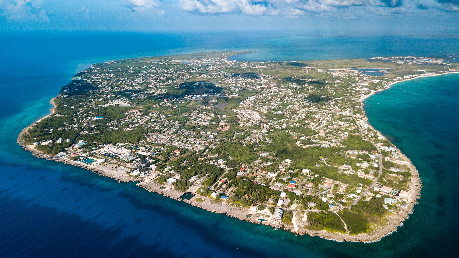 Gran Caimán es la más grande de las Islas Caimán, un territorio británico de ultramar en el Caribe. En George Town, su capital, está el Museo Nacional de las Islas Caimán, dedicado al patrimonio de estas islas. La ciudad es también un importante puerto de cruceros y cuenta con las ruinas del fuerte George de la época colonial