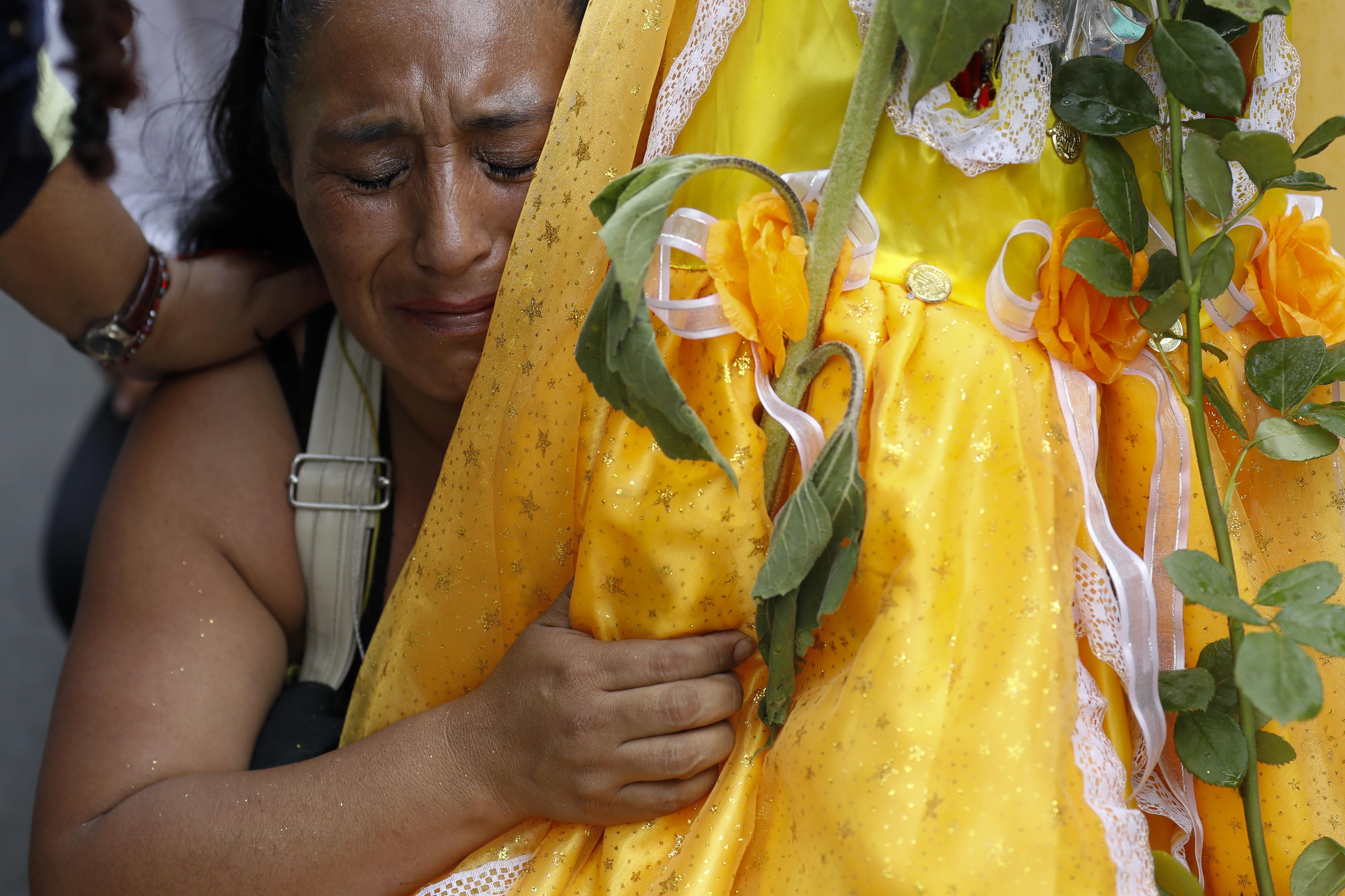 Victoria Moreno, de 43 años, llora mientras lucha por llegar de rodillas al altar de la Santa Muerte. (Foto: AP / Rebecca Blackwell)