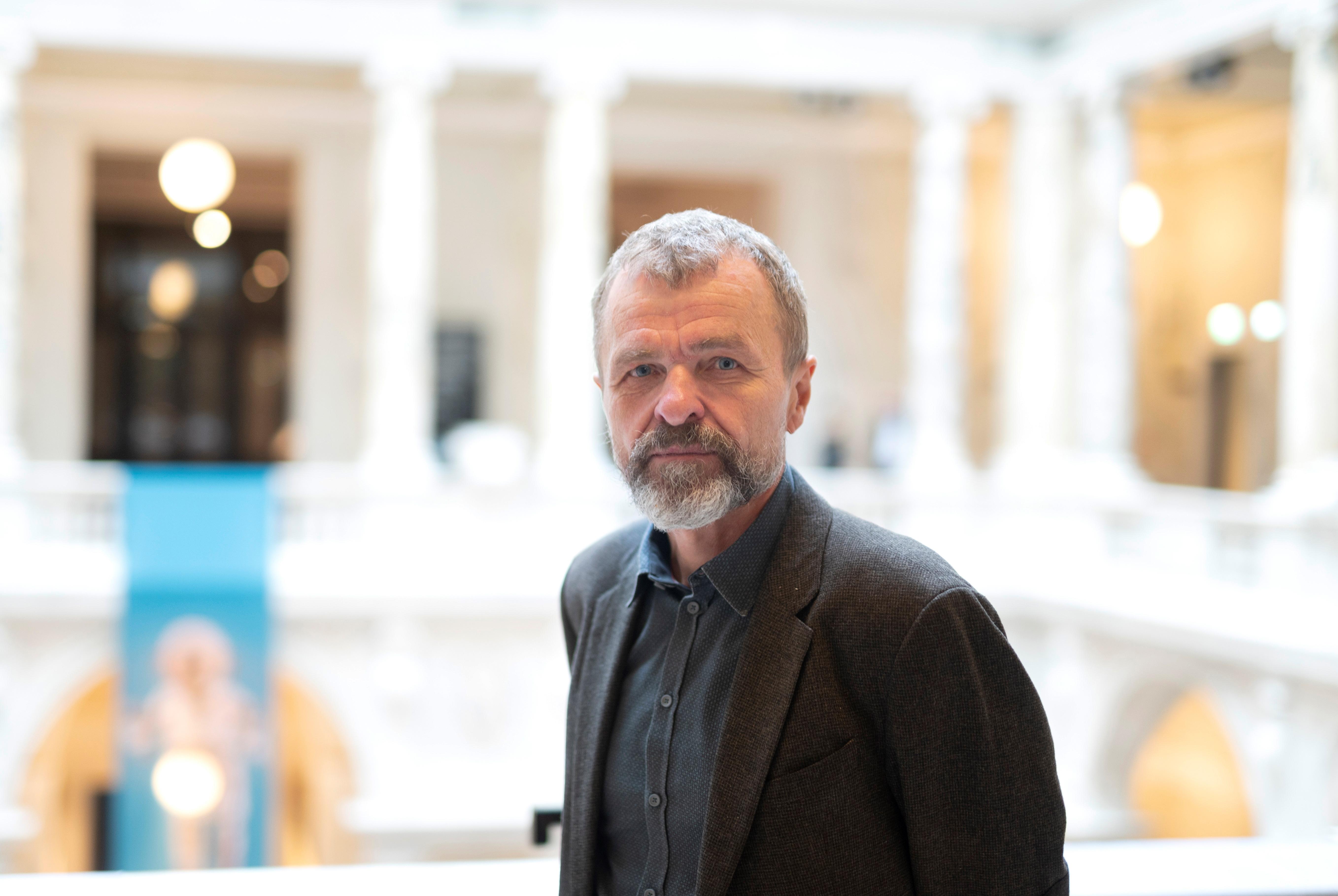 Christian Schicklgruber, director del Welt Museum, posa para una fotografía en el Museo de Etnología (Welt Museum) de Viena el 15 de octubre de 2020. (Foto: Joe Klamar / AFP)