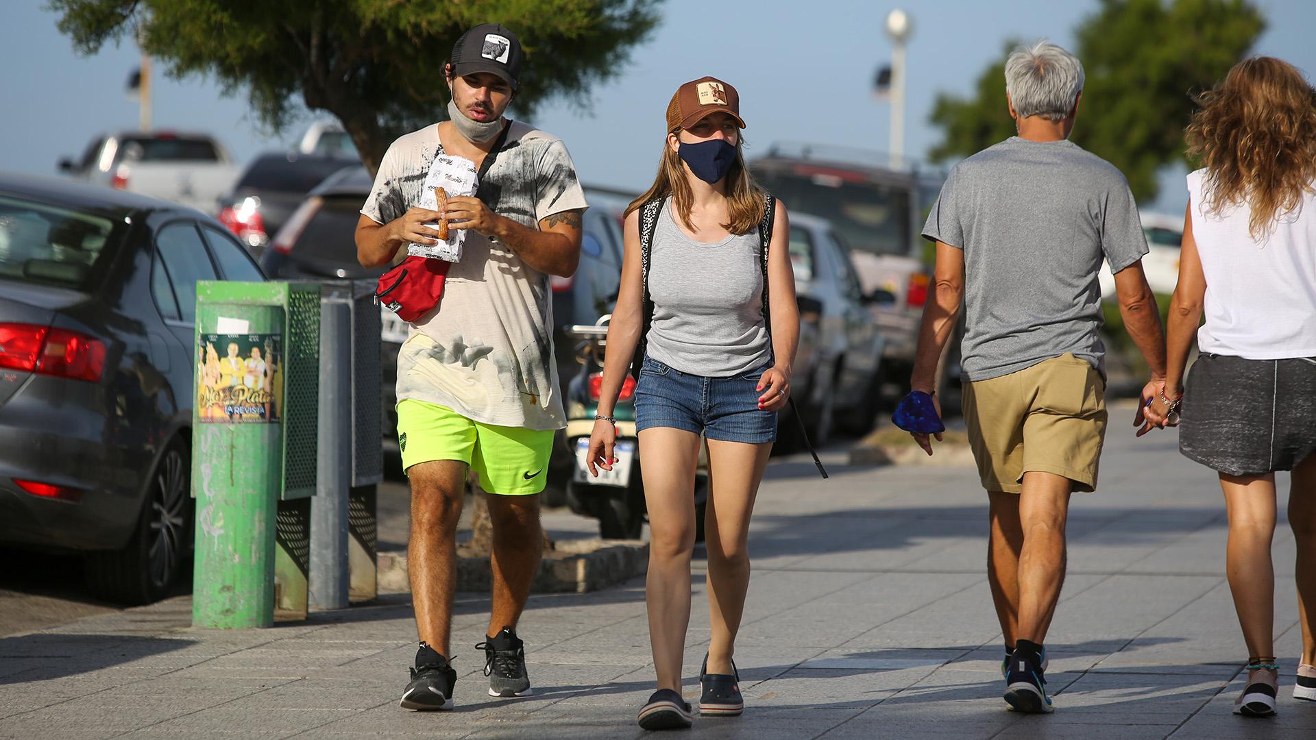 Quienes controlan los ingresos a las playas sugieren no compartir el mate ni bebidas entre personas del mismo grupo