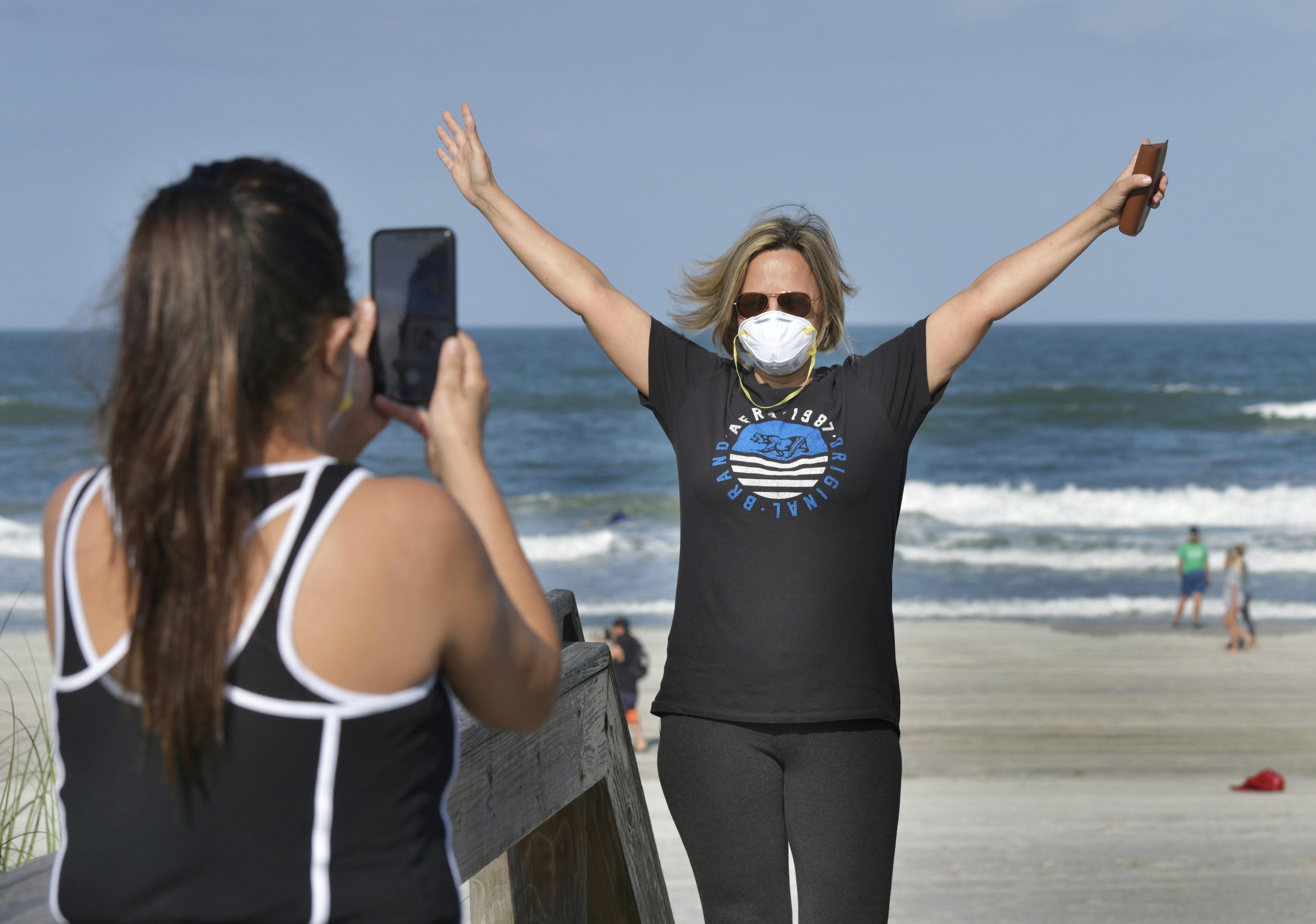 Delcia Dias y Monica Dias celebran poder volver a la playa