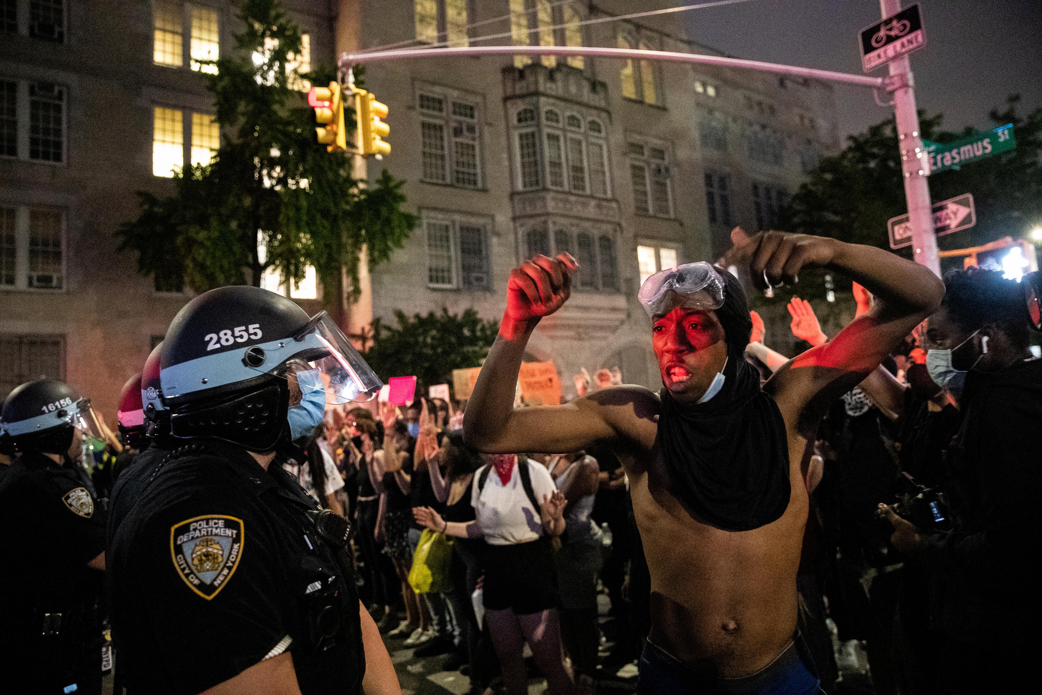 El alcalde Bill de Blasio, en una rueda de prensa de urgencia y en una entrevista en la cadena local NY1, justificó la acción policial ante una