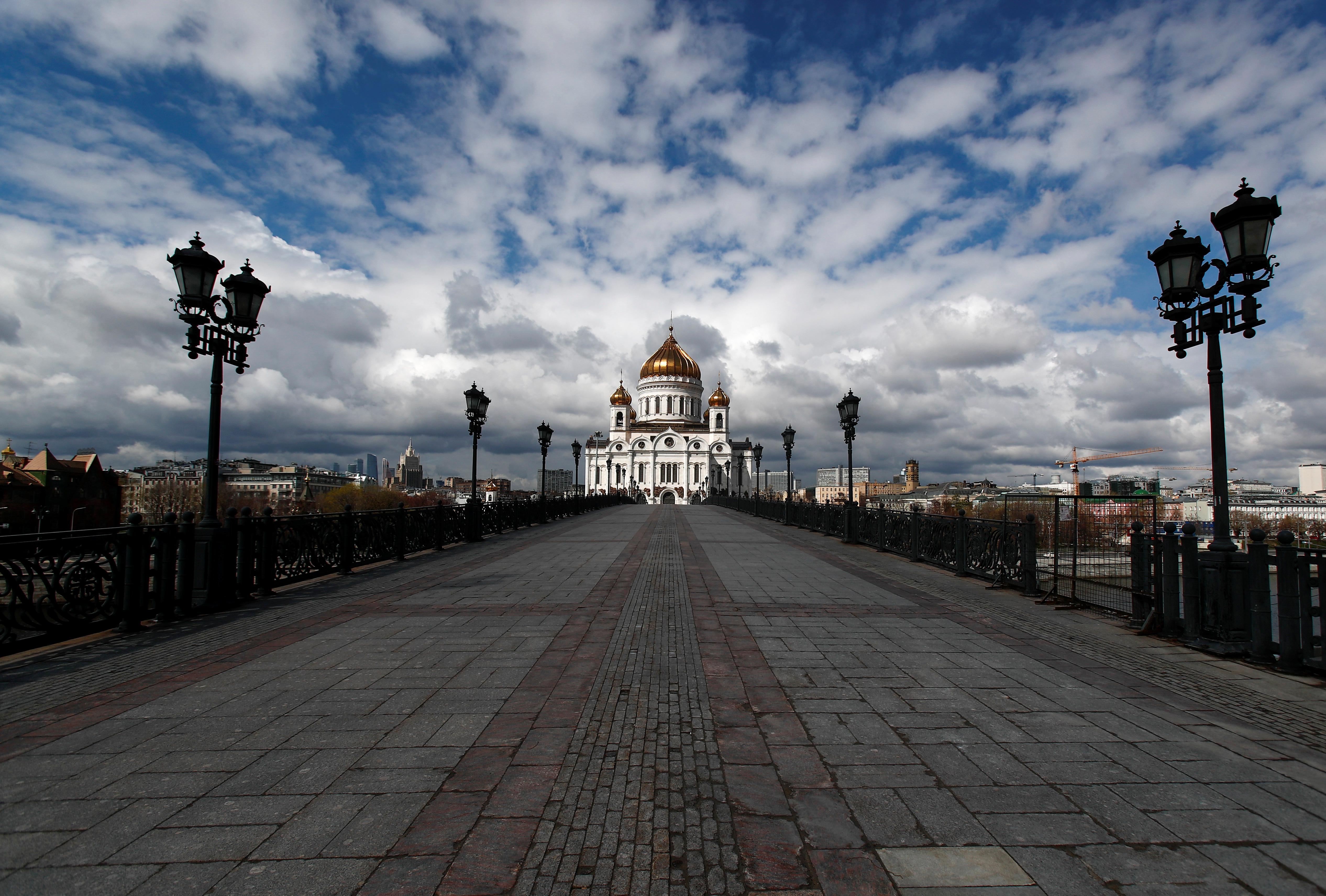 El paseo peatonal desierto hacia la Catedral de Cristo el Salvador en Moscú, Rusia (REUTERS/Maxim Shemetov)