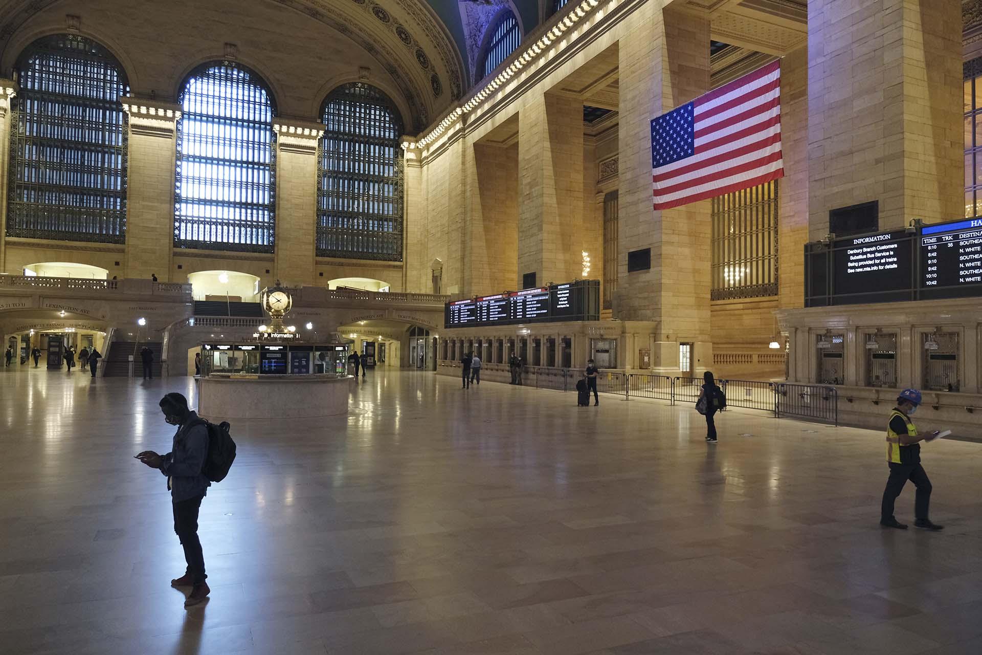 La estación Grand Central, en Mahattan, comenzó hoy a retornar lentamente a su tráfico habitual.