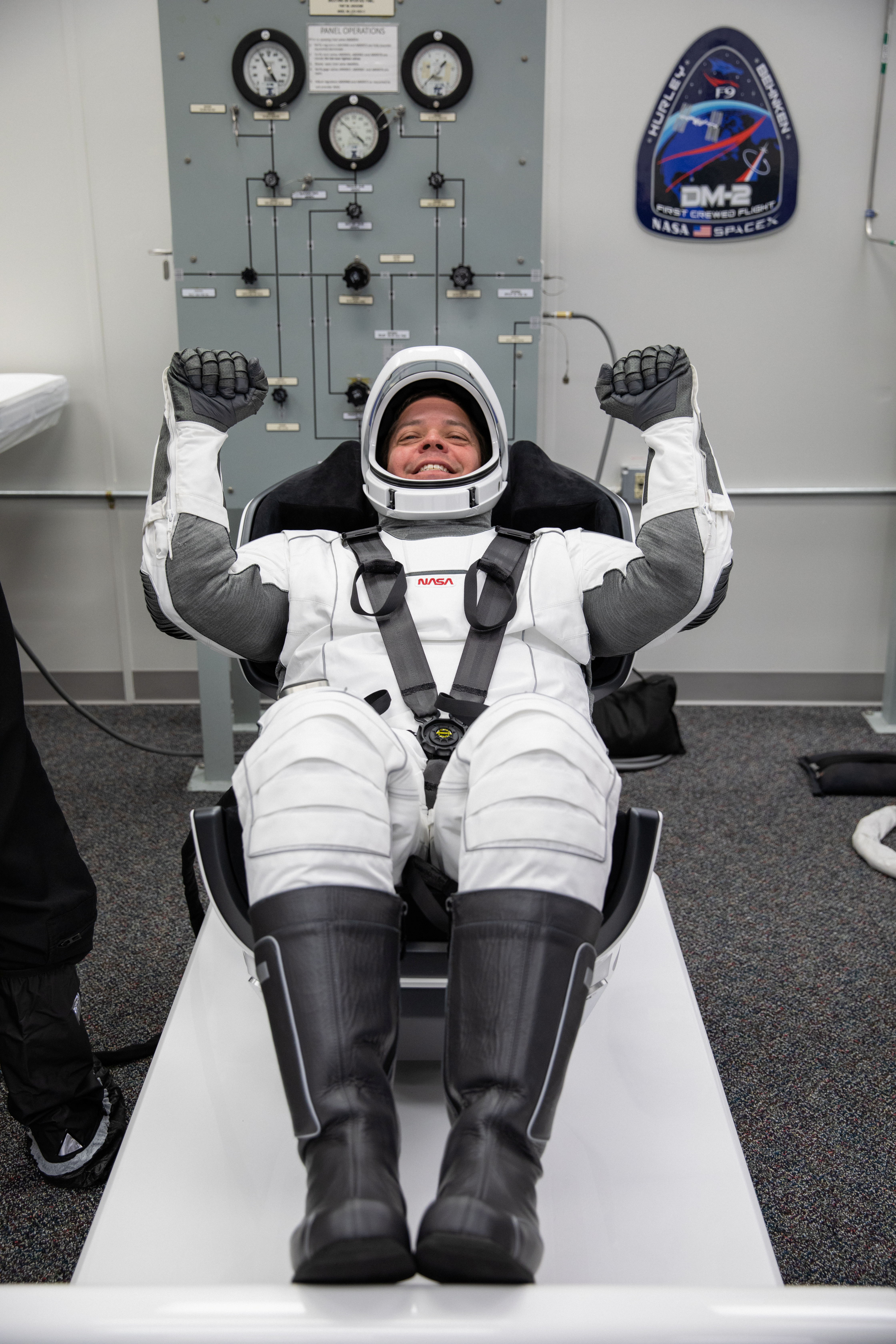El astronauta Robert Behnken prueba su nuevo traje (NASA/Kim Shiflett via REUTERS)