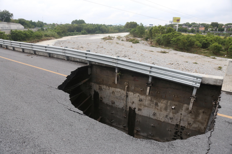 Vista de un agujero en la avenida Morones Prieto, cerca del río Santa Catarina, en Monterrey, México, el 27 de julio de 2020.