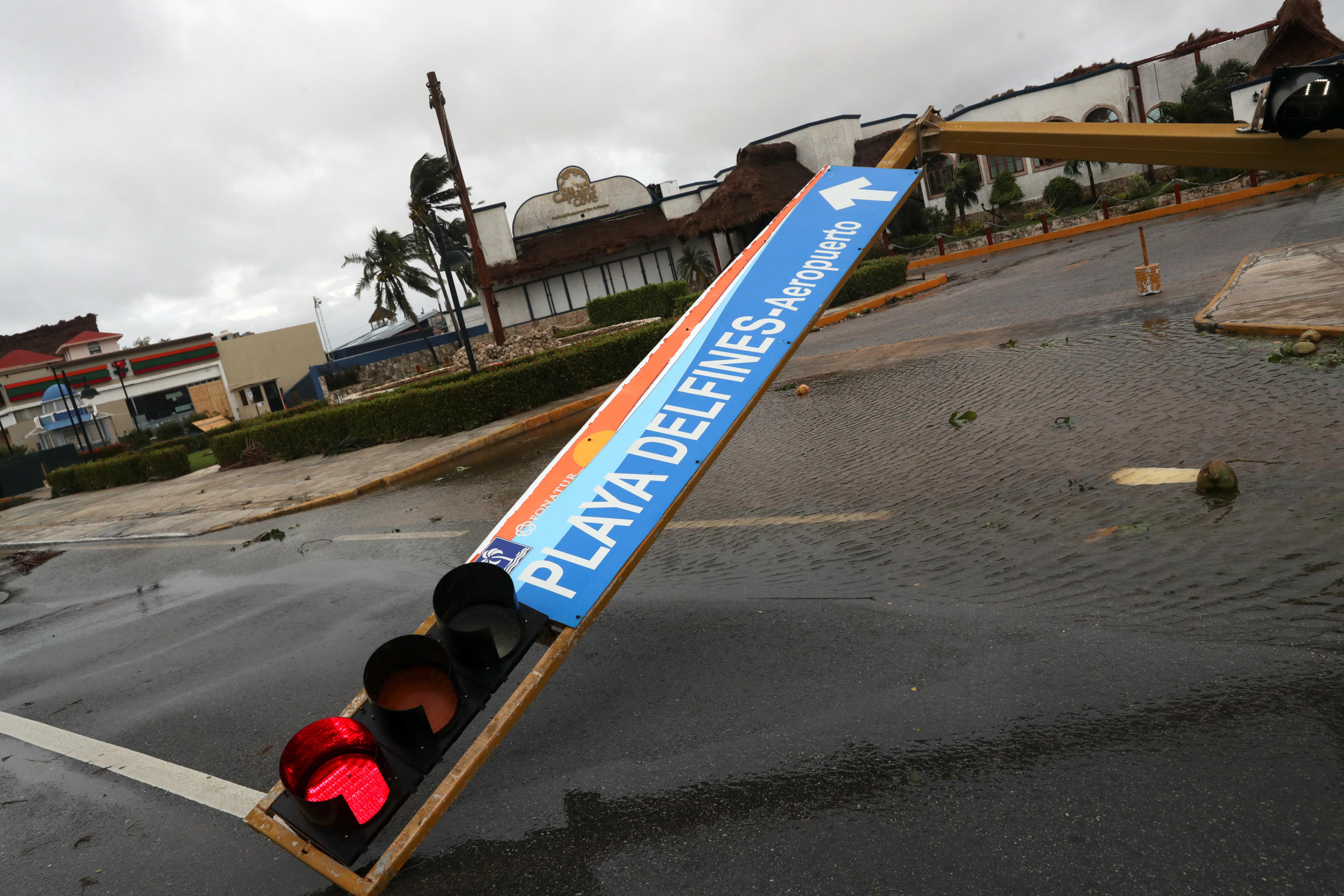 Se ve un semáforo caído después del impacto del huracán Delta, en Cancún, en el estado de Quintana Roo, México, el 7 de octubre de 2020.