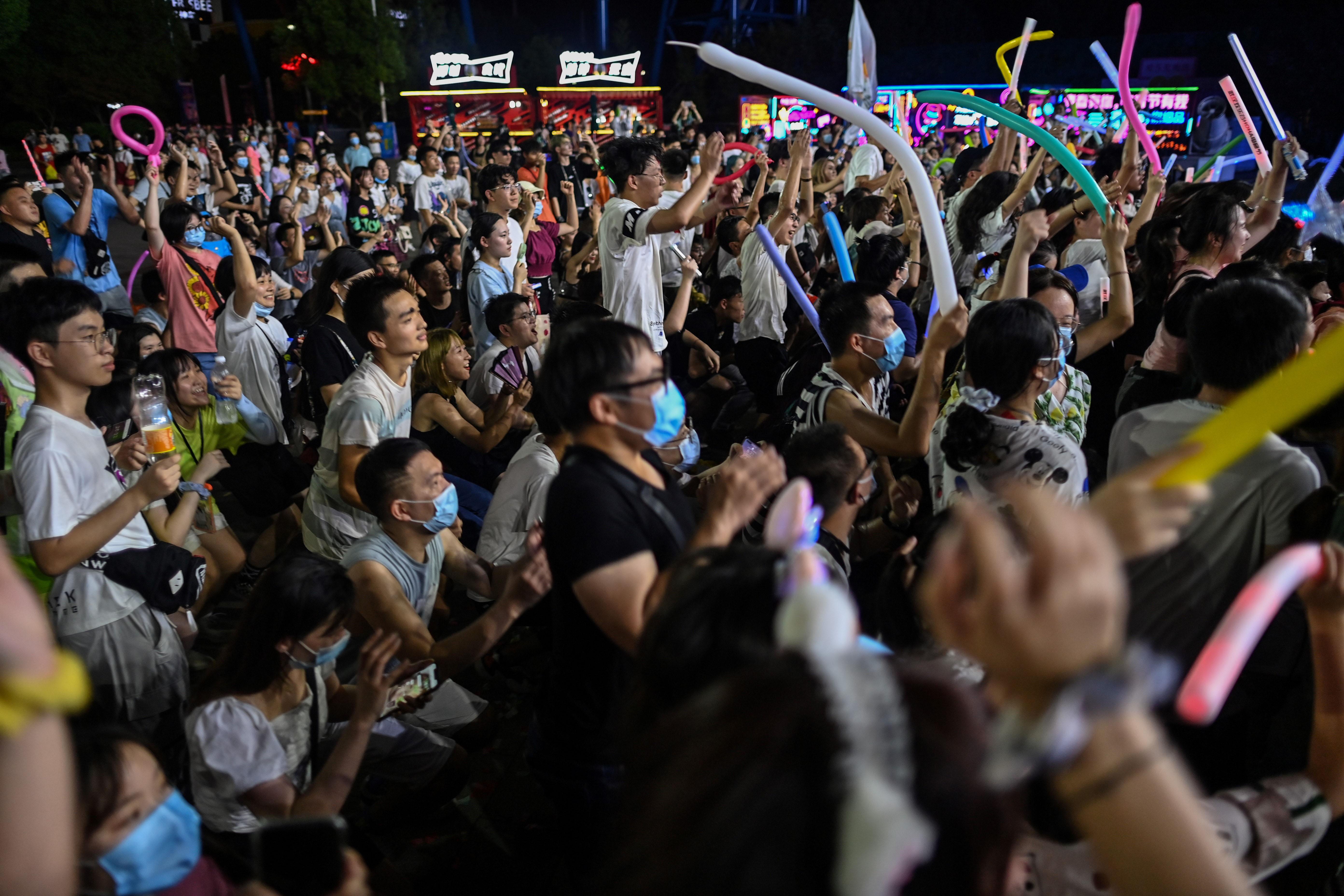 Jóvenes bailando en una fiesta tecno, puestos de comida abarrotados y embotellamientos por todas partes: el paisaje de Wuhan (centro) ya no tiene nada que ver con la atmósfera de ciudad fantasma que vivieron las costas del Yangtsé desde el 23 de enero