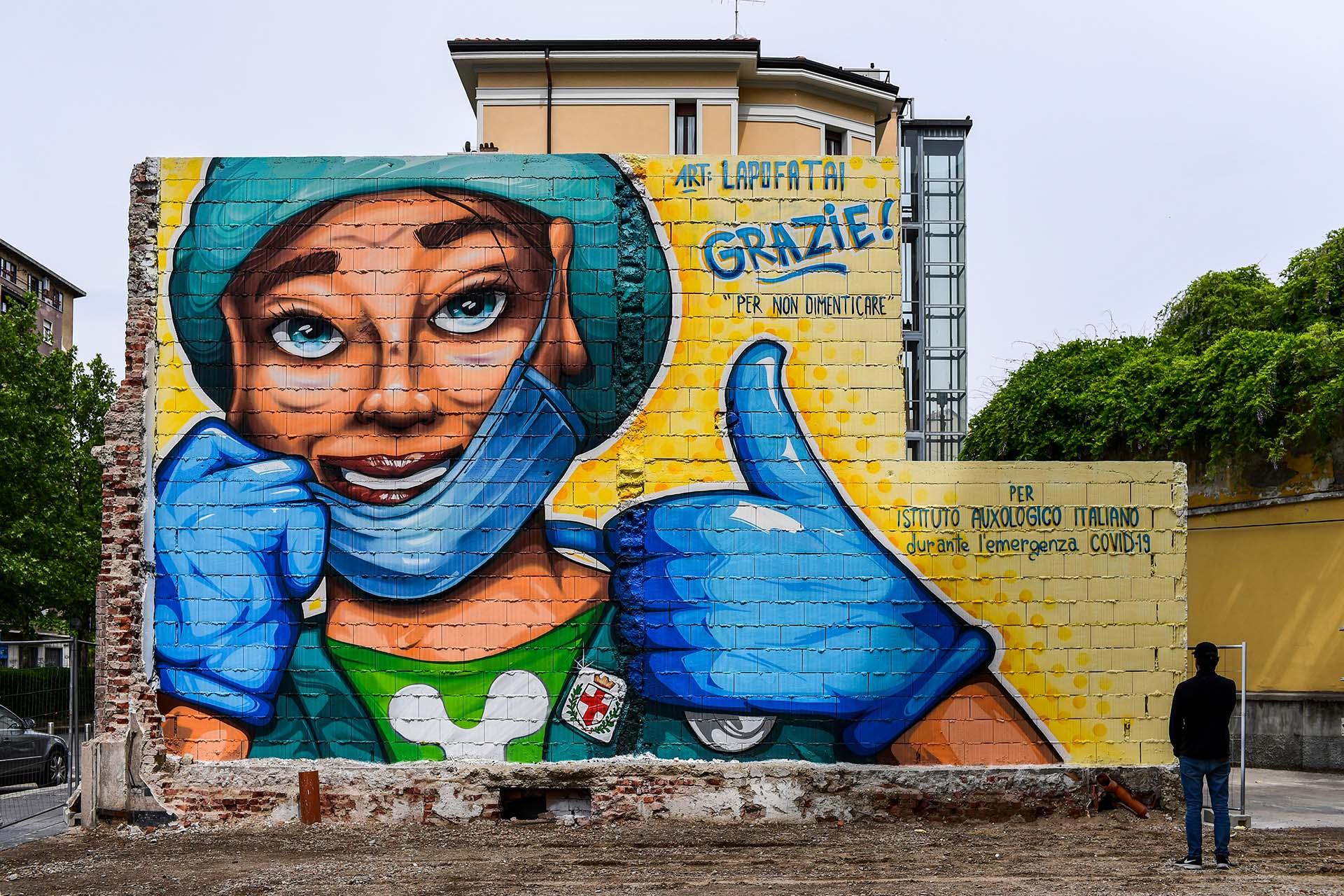 Un mural pintado por el artista callejero Lapo Fatai en honor a los médicos que trabajan en el hospital Auxological San de Milán, Italia,