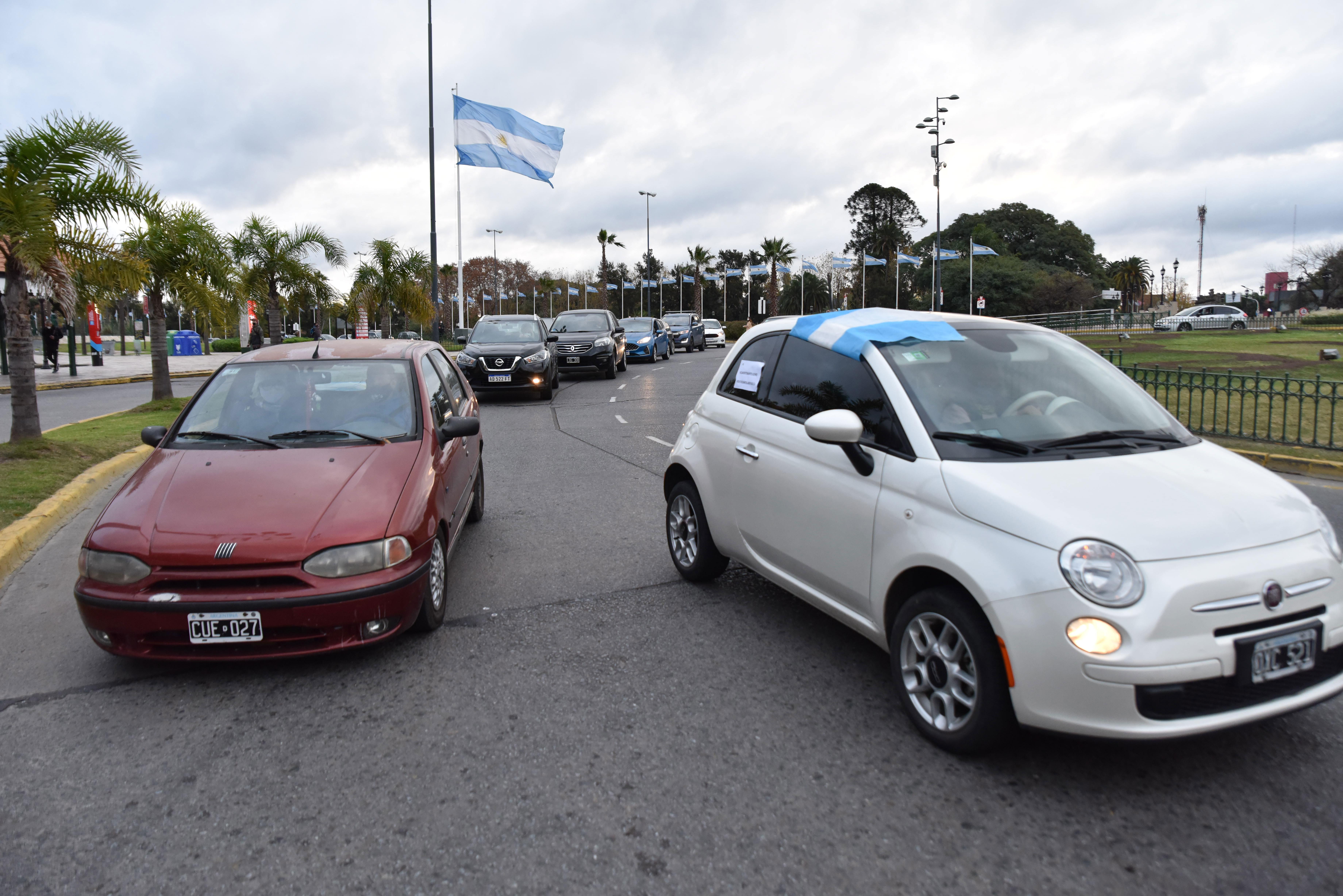 """El 30 de mayo, pese a la prohibición de marchar en auto por parte de la policía y la intimidación del municipio, los vecinos de Tigre realizaron una segunda caravana en forma de protesta pacífica en contra la extensión de la cuarentena y su impacto en la economía, y pidiendo una cuarentena inteligente. A lo largo de casi 7 kilómetros se fueron sumando vecinos de distintas zonas del municipio. La consigna, motorizada por los Vecinos de Tigre en Acción, fue: """"Con barbijo sí, pero nunca con mordaza""""."""