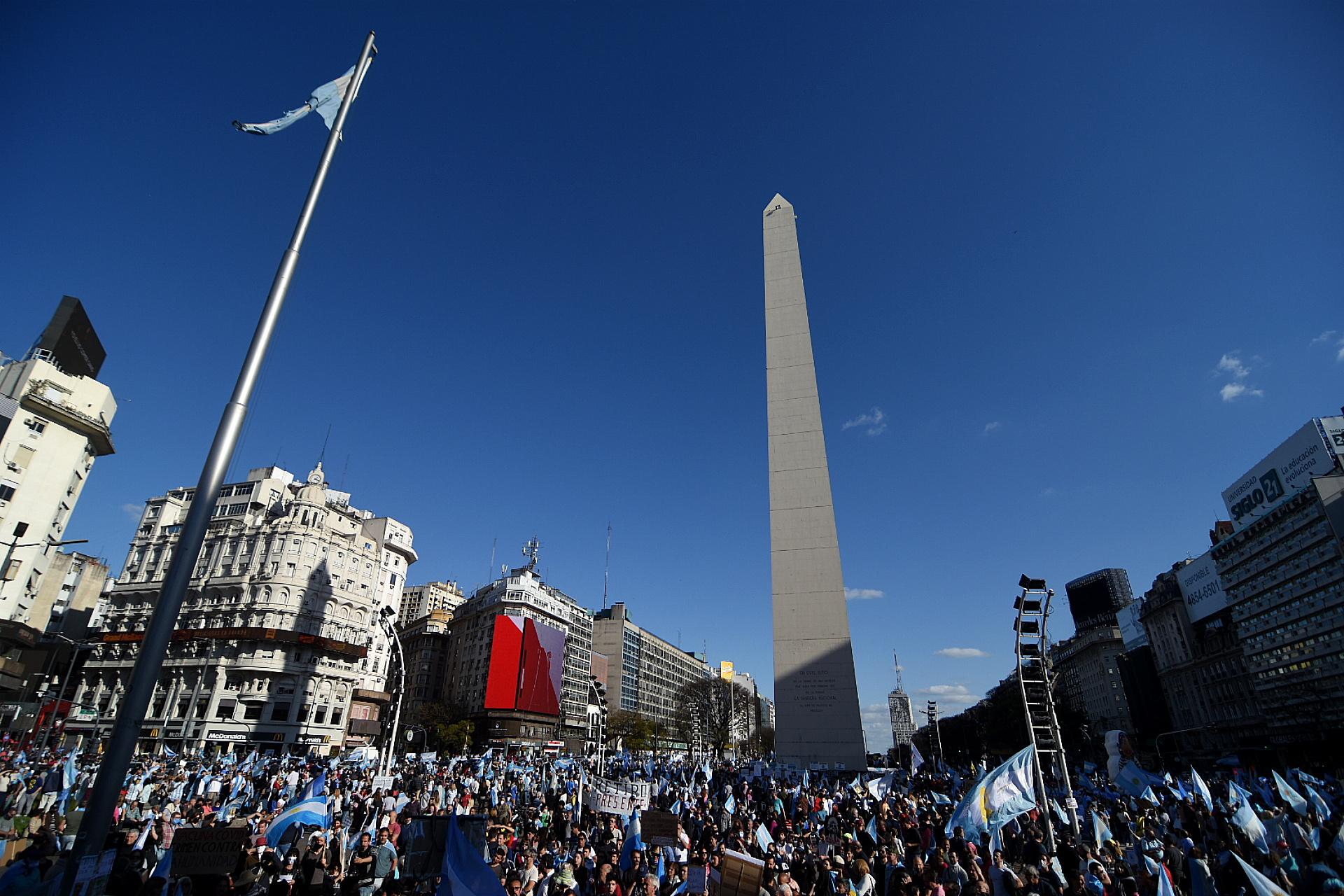 La gente cantó el himno nacional en forma recurrente como un símbolo de protesta