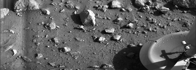 Foto de un pie de la sonda Viking 2 en 1976 sobre el suelo marciano (NASA)