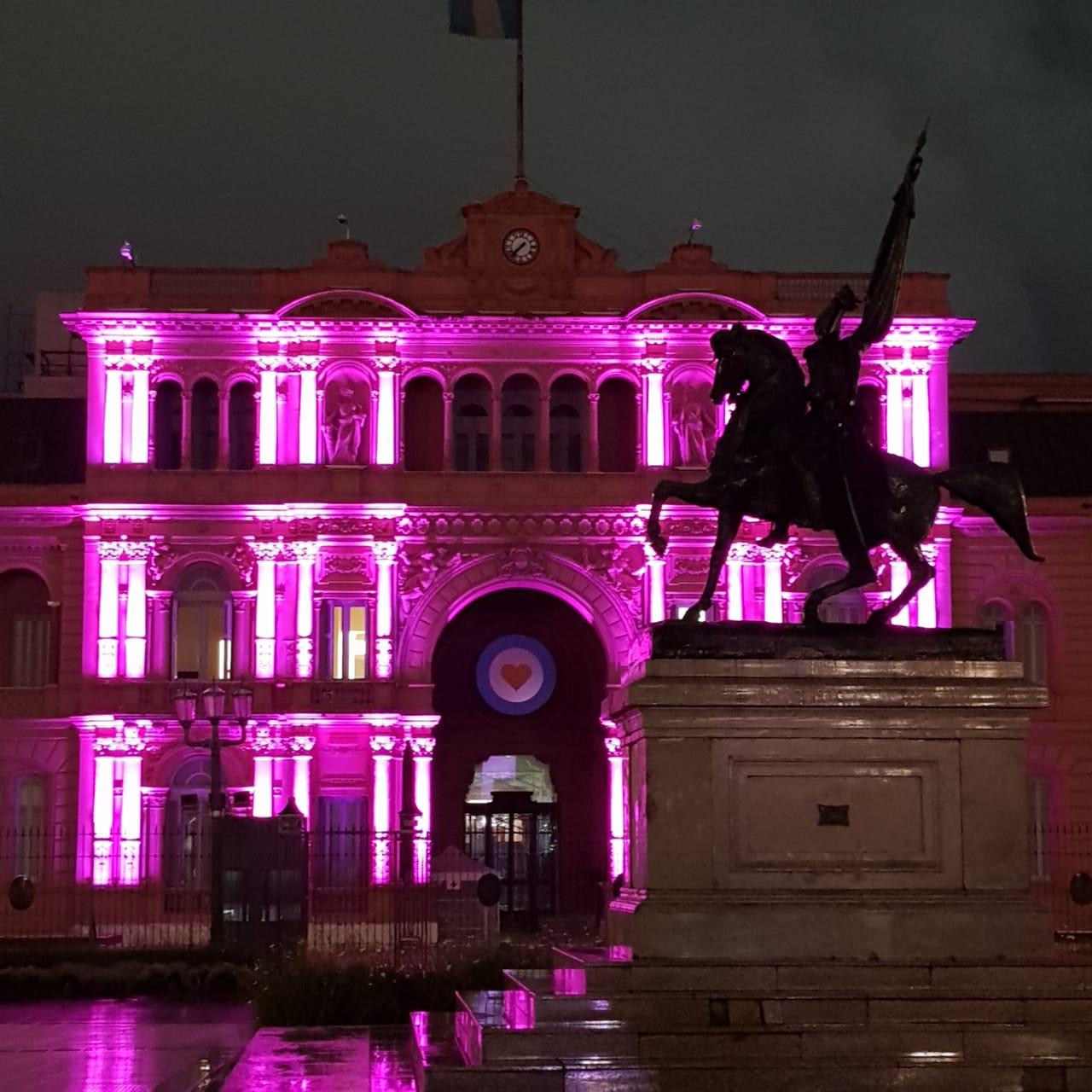 El frente de la sede oficial del Gobierno Nacional, ubicada en la icónica Plaza de Mayo, se vio hoy más rosada que nunca a propósito del mes por la lucha contra el Cáncer de Mama
