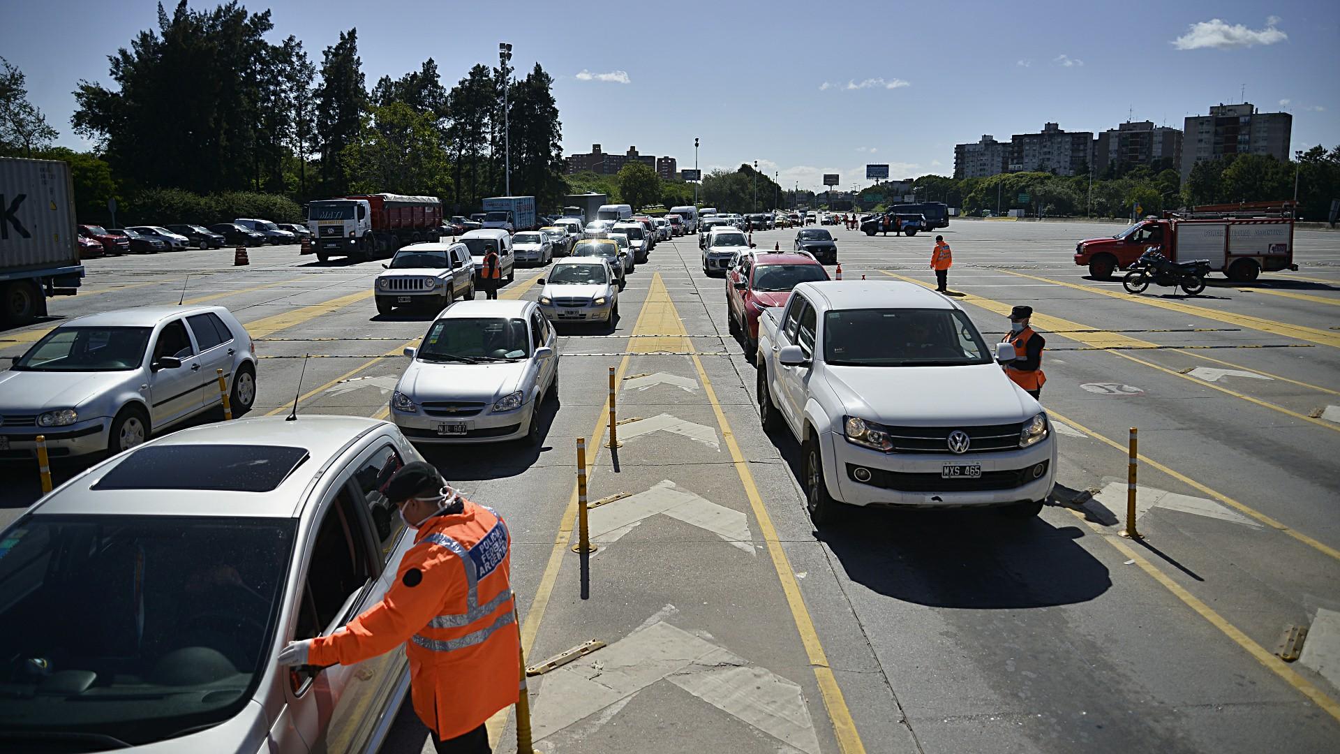 Control de tránsito en la autopista Ricchieri. Según el informe de la Ciudad de Buenos Aires, el martes 16 de junio circularon por las autopistas 139 mil vehículos, un 7 % más que el martes anterior.