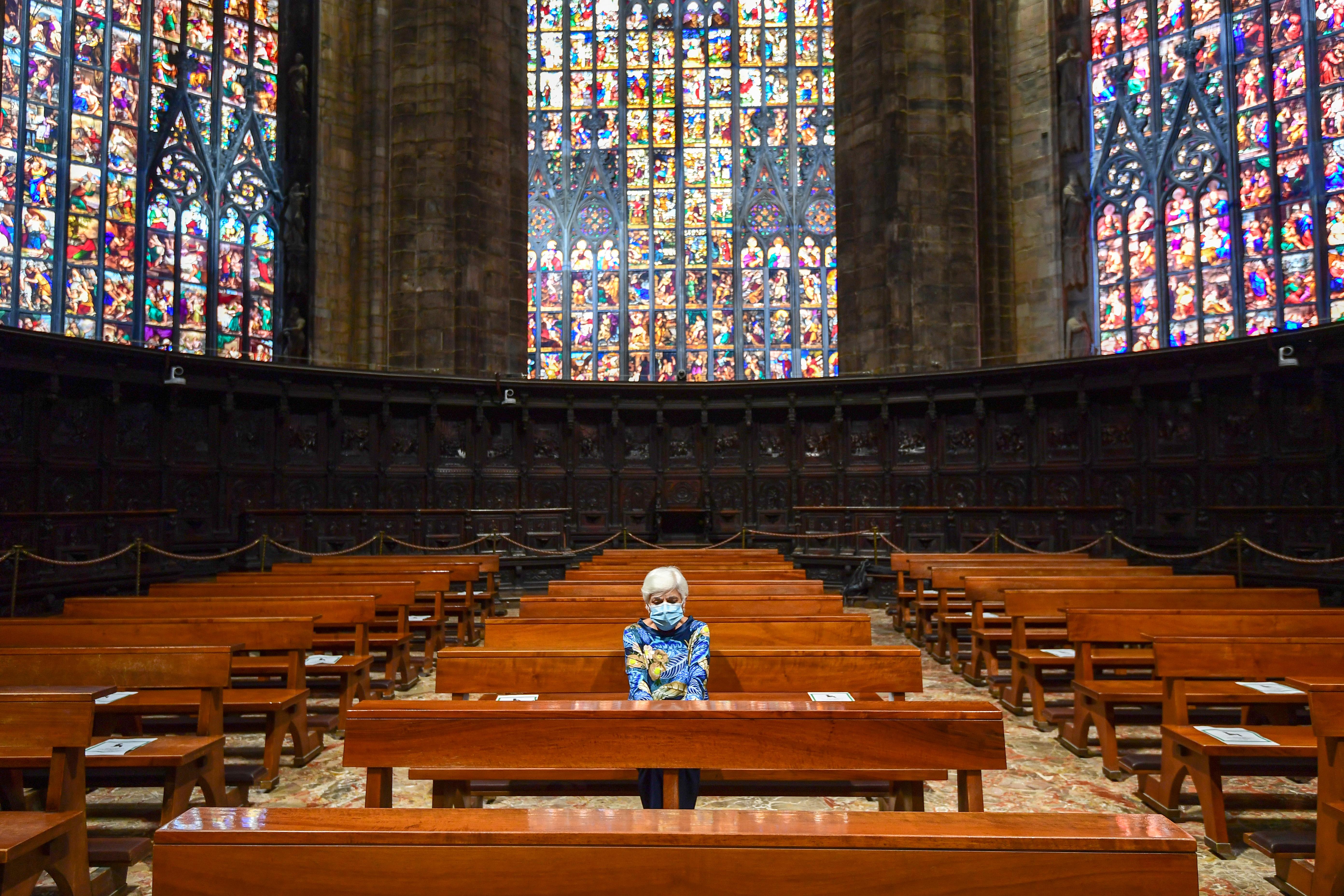 Una mujer durante una misa en la Cappella Feriale del Duomo de Milán (Miguel Medina/ AFP)