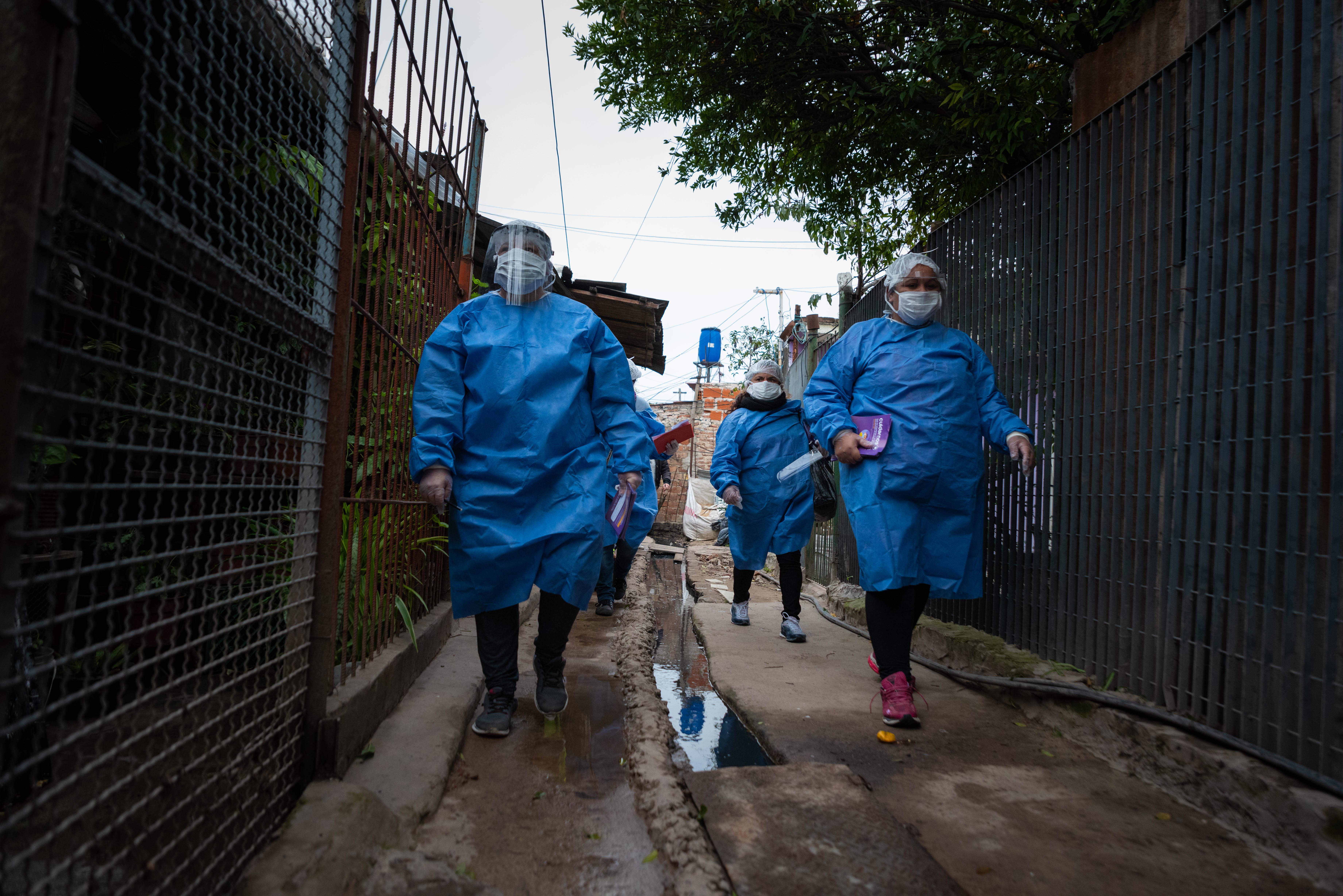 Decenas de promotores de la salud recorrieron la Villa Azul en busca de personas con síntomas de Covid-19 tras detectarse 53 casos positivos durante el fin de semana