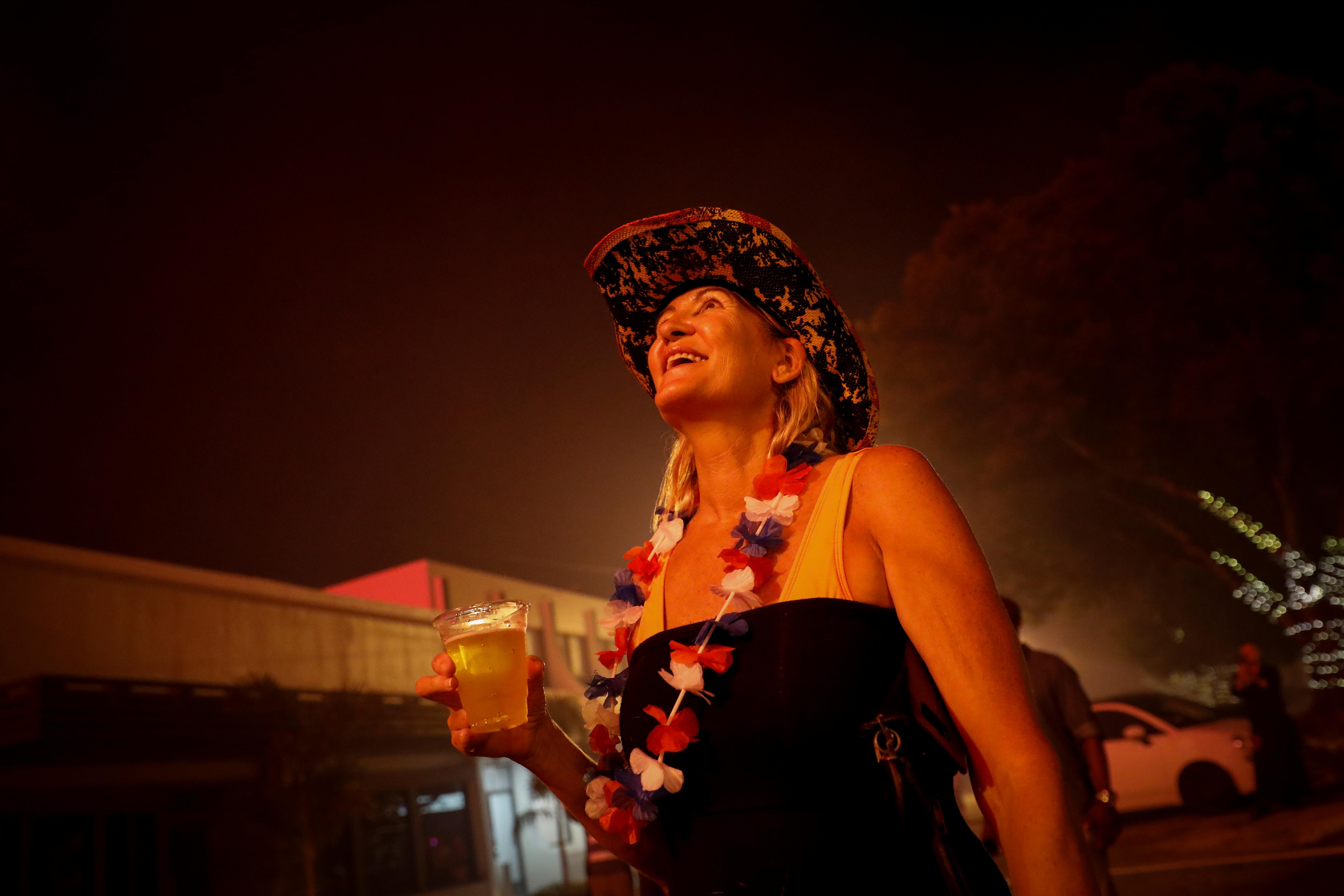 Una mujer contempla los fuegos artificiales