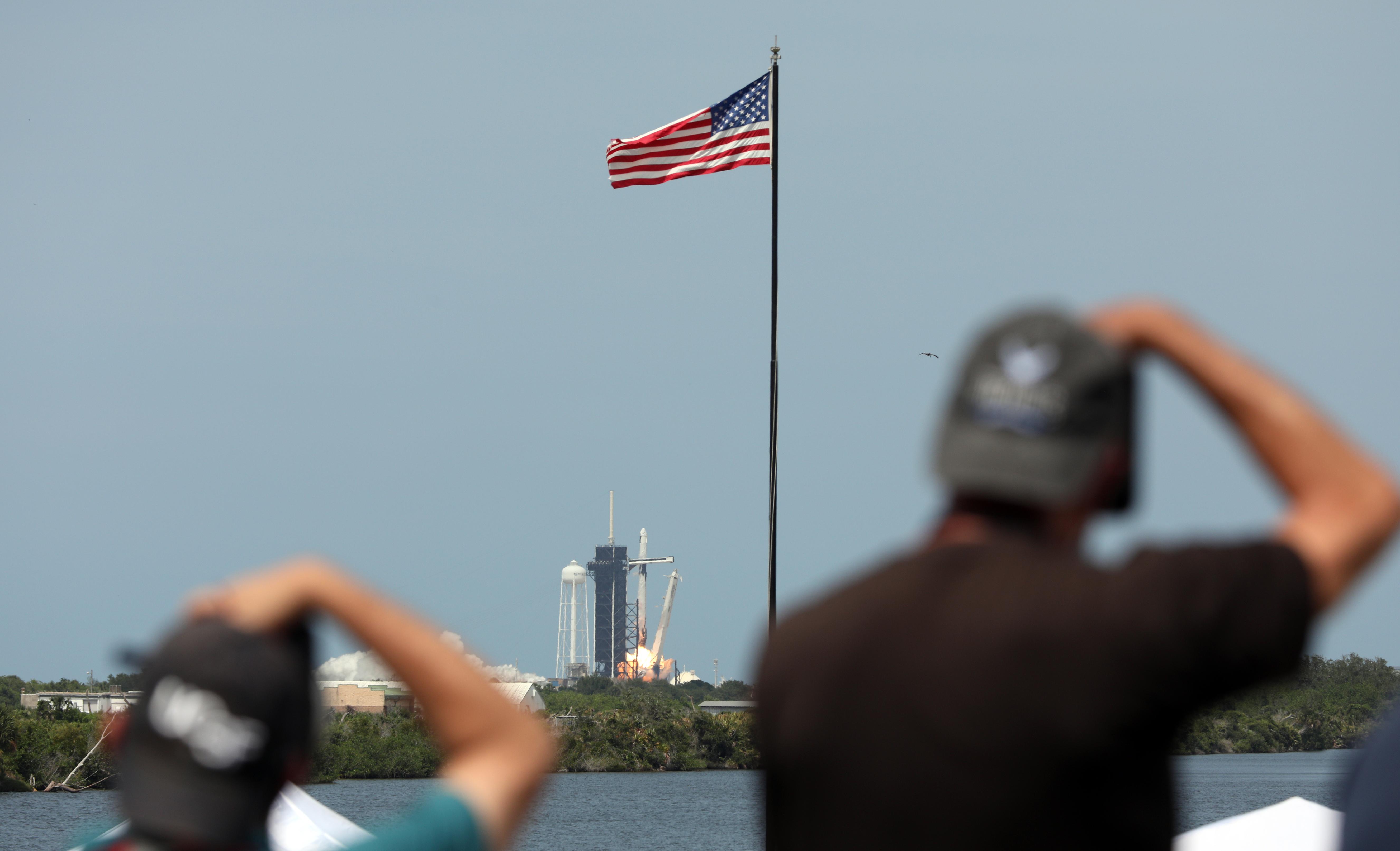 Fotógrafos registran el histórico primer lanzamiento tripulado del cohete de SpaceX Falcon 9, desde el complejo de lanzamiento 39A en el Centro Espacial Kennedy en Florida