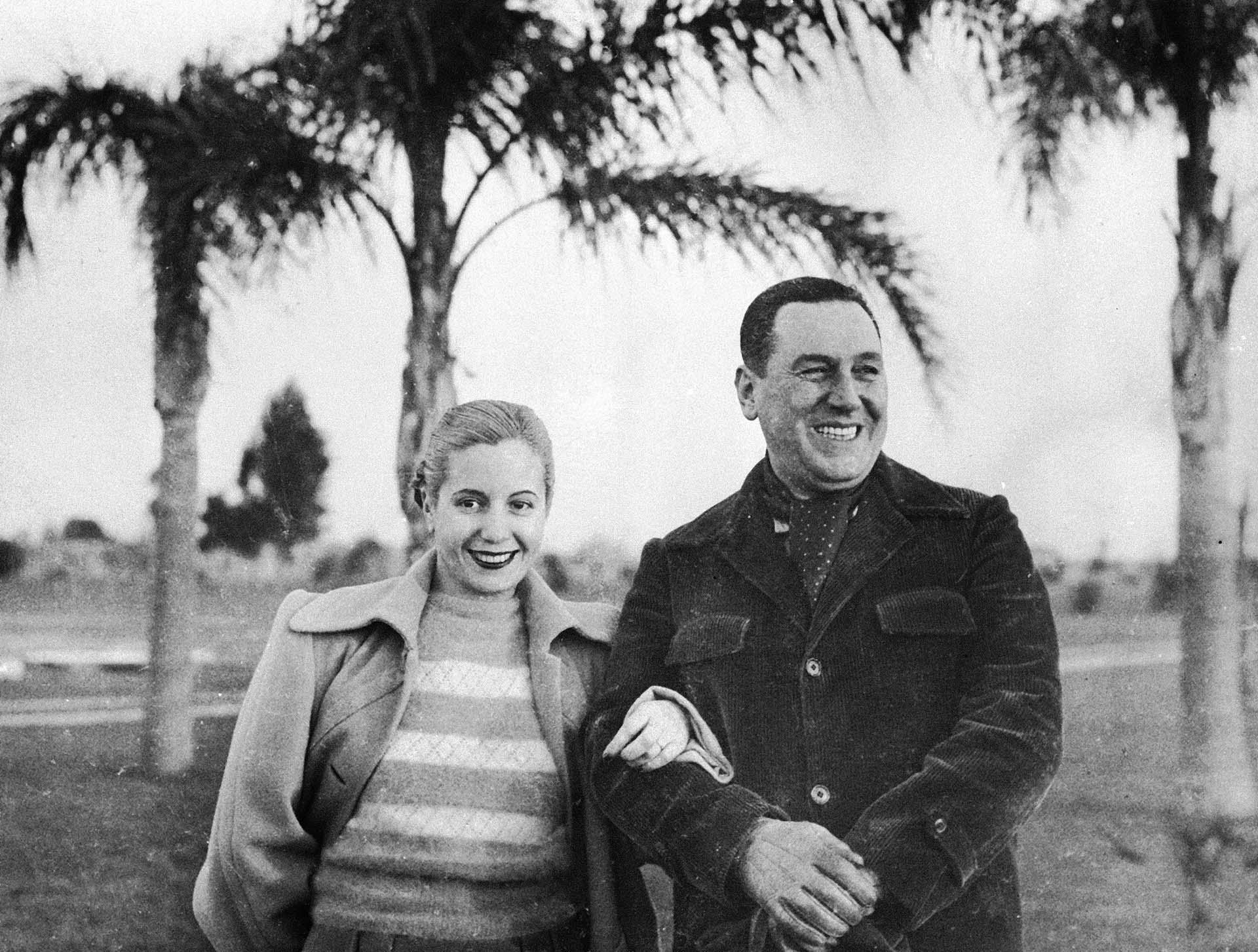 """En 1944, una tragedia cambió su vida. El 15 de enero a las 20:52 se registró la catástrofe natural más destructiva de la historia del país. El terremoto de San Juan destruye el 80% de la ciudad con un saldo trágico: más de 10 mil muertos y otra decena de miles de heridos. El 4 de julio de 1943 un golpe de Estado había derrocado al presidente Ramón Castillo poniendo fin a la llamada """"Década Infame"""". Asume la presidencia el general Pedro Pablo Ramírez (AP Photo, File)"""