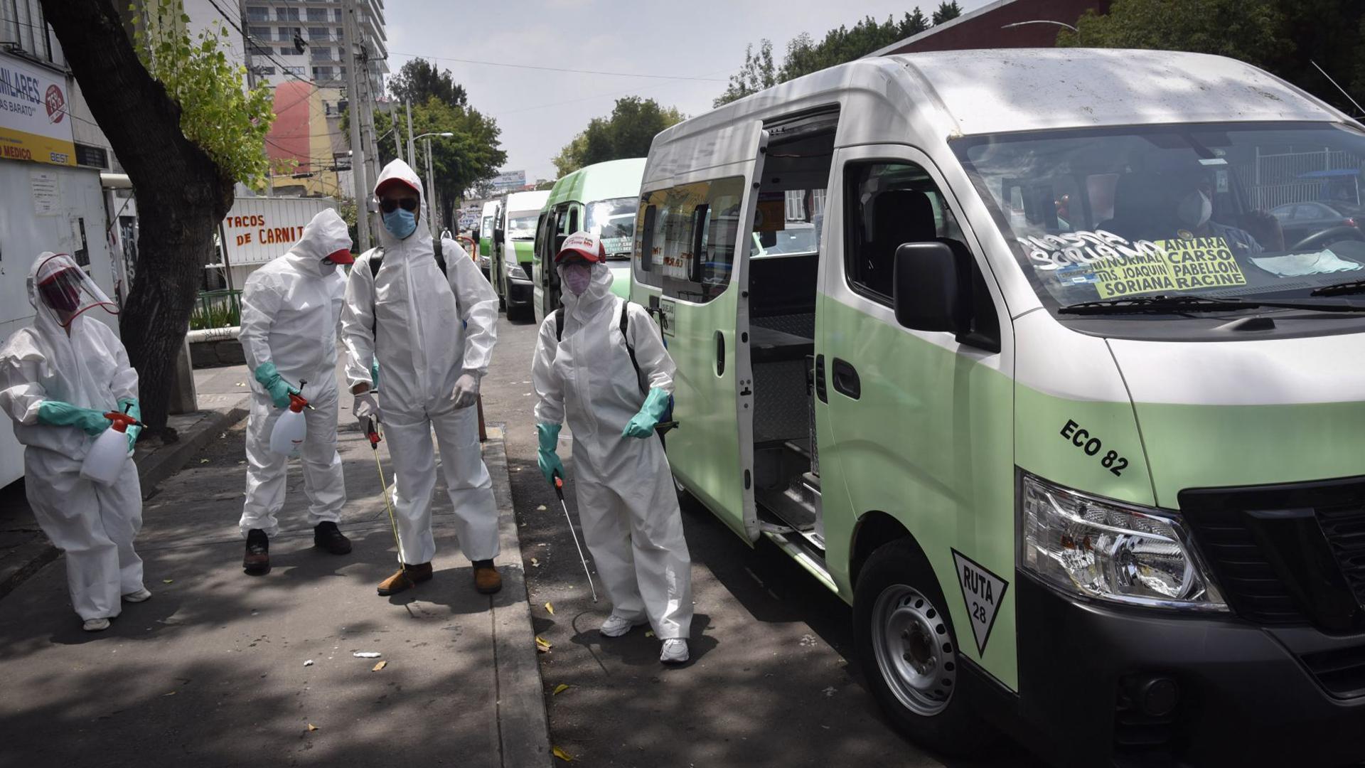 Brigadas de limpieza de la alcaldía Miguel Hidalgo desinfectaron las unidades de la ruta 28 (Foto: Cuartoscuro)