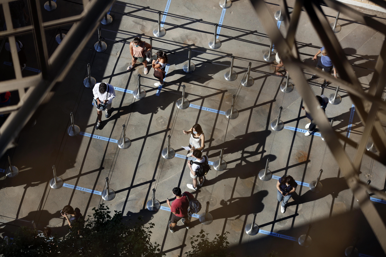 Con el mismo objetivo, la empresa que gestiona el monumento colocó en el suelo marcas de color azul, con las que invitan a las personas a mantener al menos 1,50 de distancia entre ellas. Todos, excepto los niños de hasta 11 años, deberán llevar mascarillas para acceder a la torre. (AP /Thibault Camus)