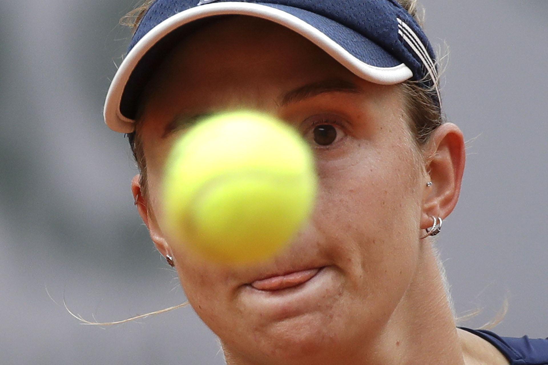 Ojos en la pelota para la argentina Podoroska (AP Photo/Alessandra Tarantino)
