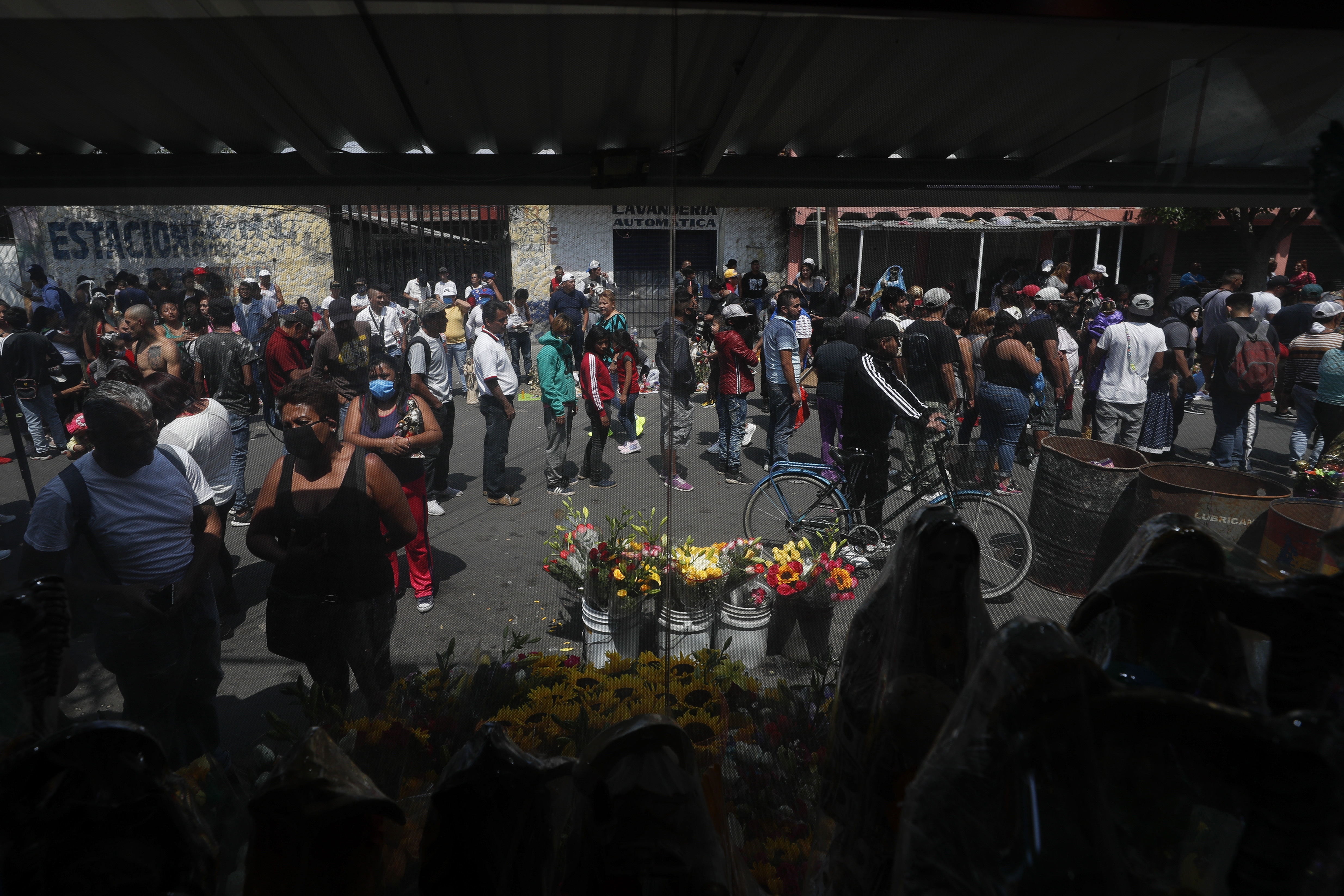 Los devotos de la Santa Muerte son vistos a través de una ventana en su altar en el barrio de Tepito de la Ciudad de México. (Foto: AP / Rebecca Blackwell)