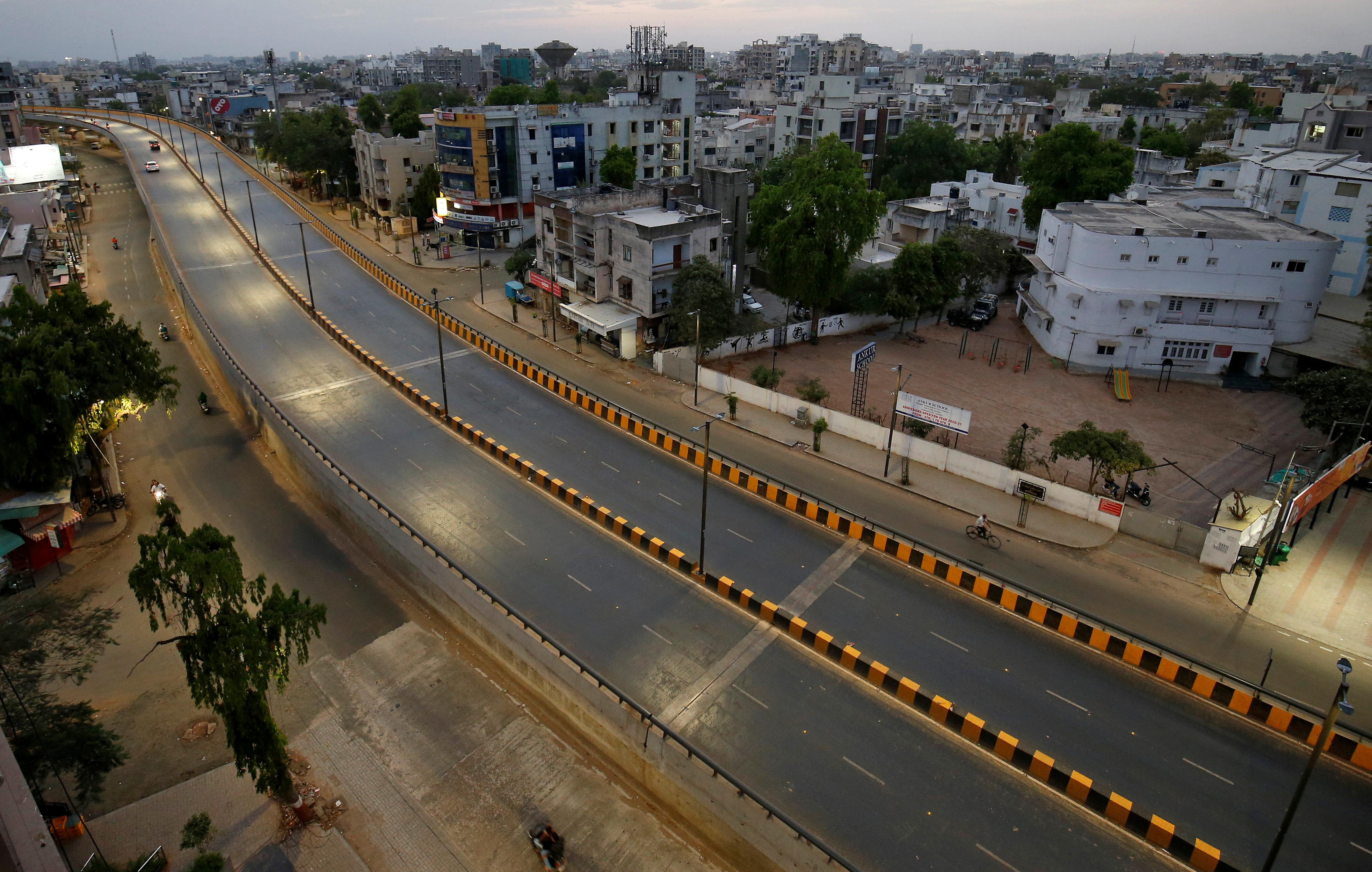 Una de las avenidas principales de Ahmedabad, India, sin tránsito (REUTERS/Amit Dave)